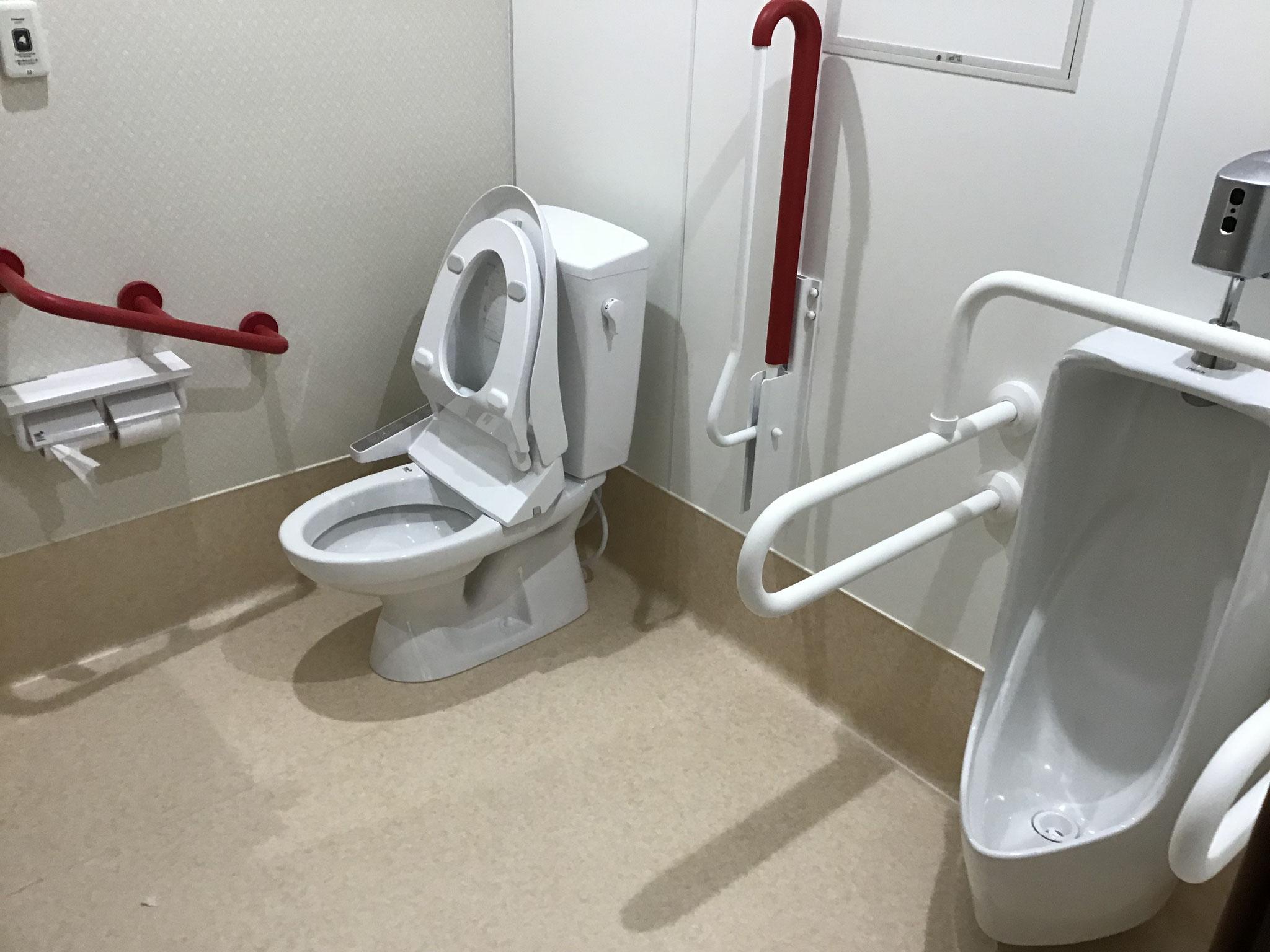 お手洗い 館内全て車いす対応のトイレで十分なスペースを確保しています。