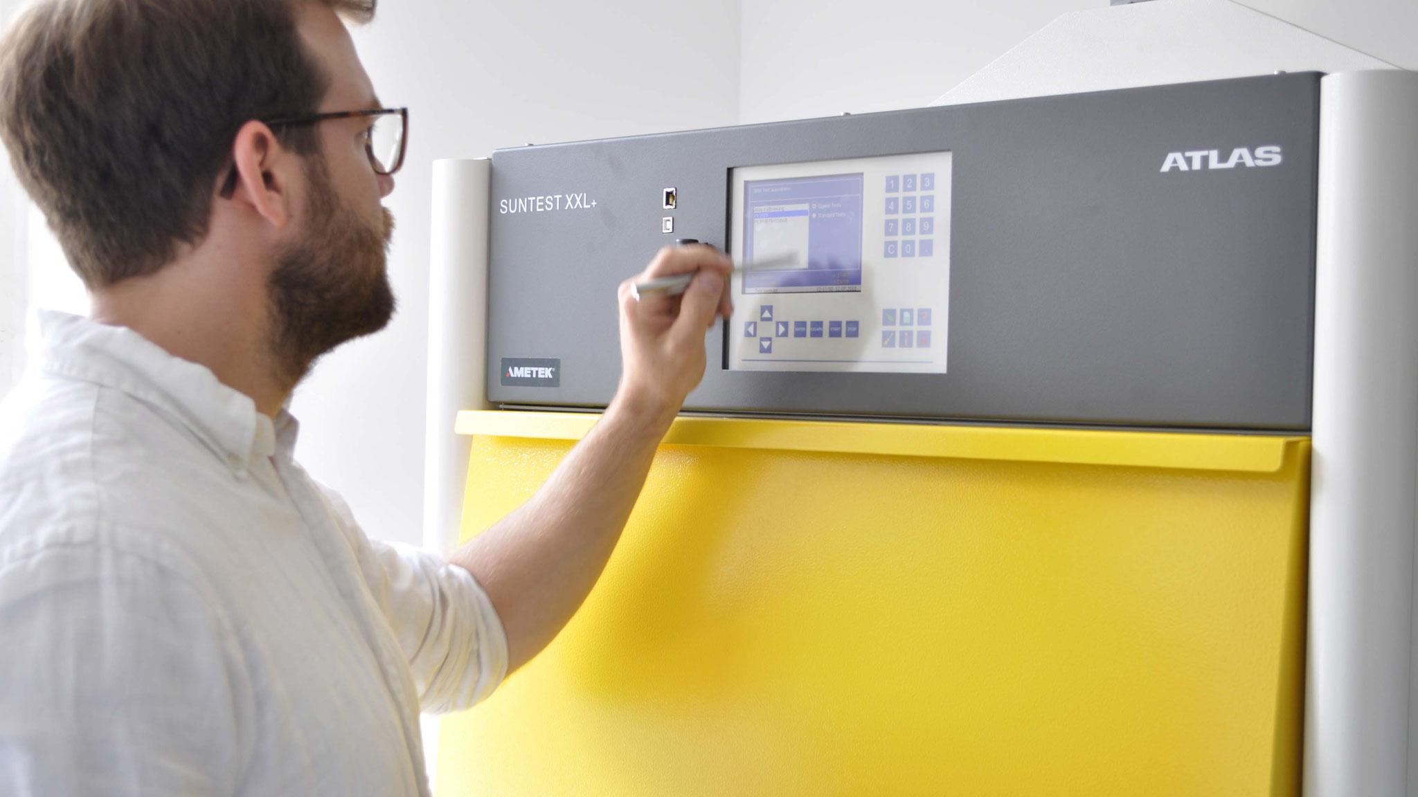 Wie stark Bestrahlungsstärke, Luftfeuchtigkeit und Temperatur auf das Material einwirken, lässt sich am Bedienfeld einstellen.