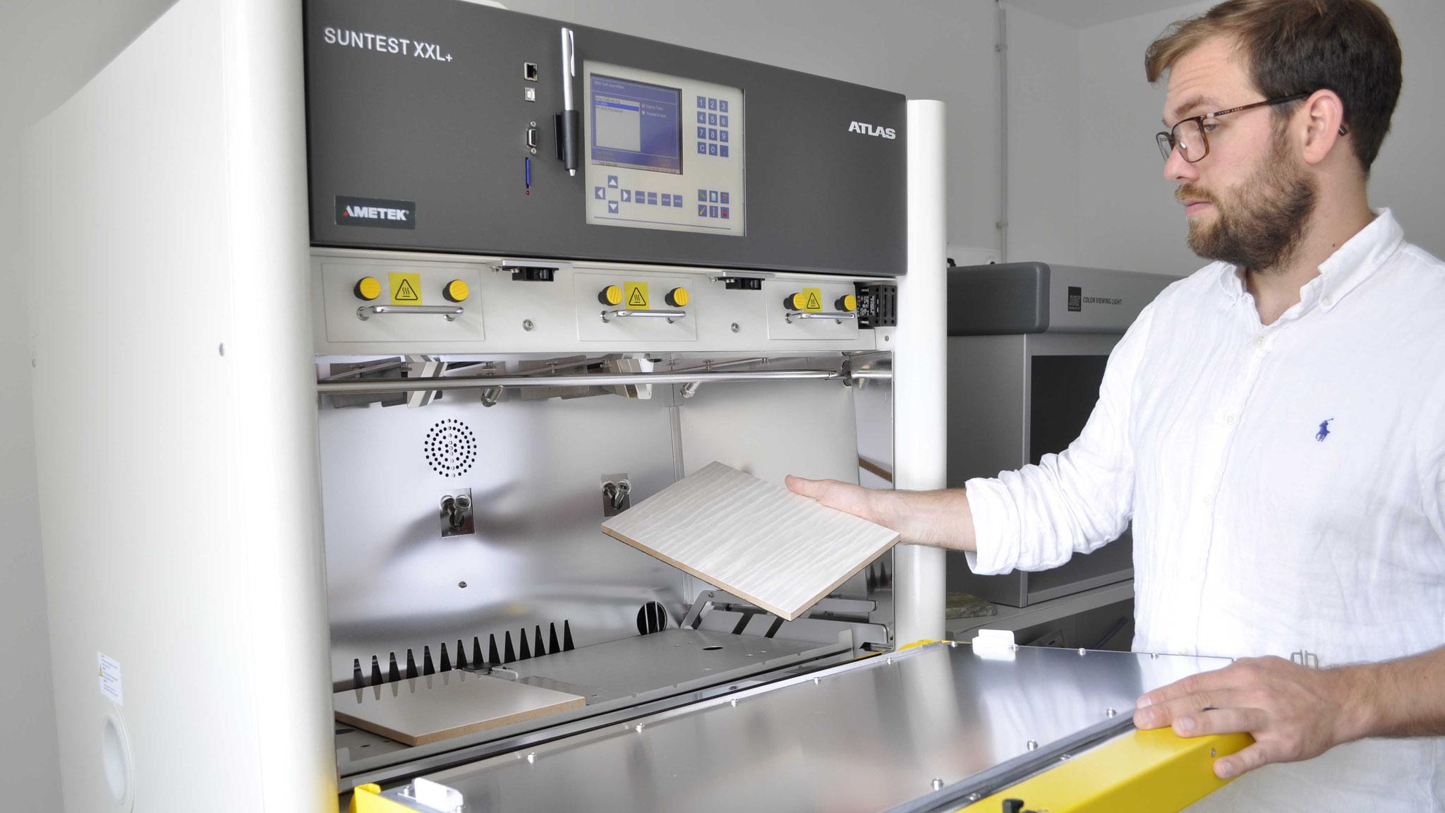 Bewitterungen und Lichtechtheitsprüfungen verschiedener Materialien erfolgen in der großen Prüfkammer mit Xenon-Lampe.