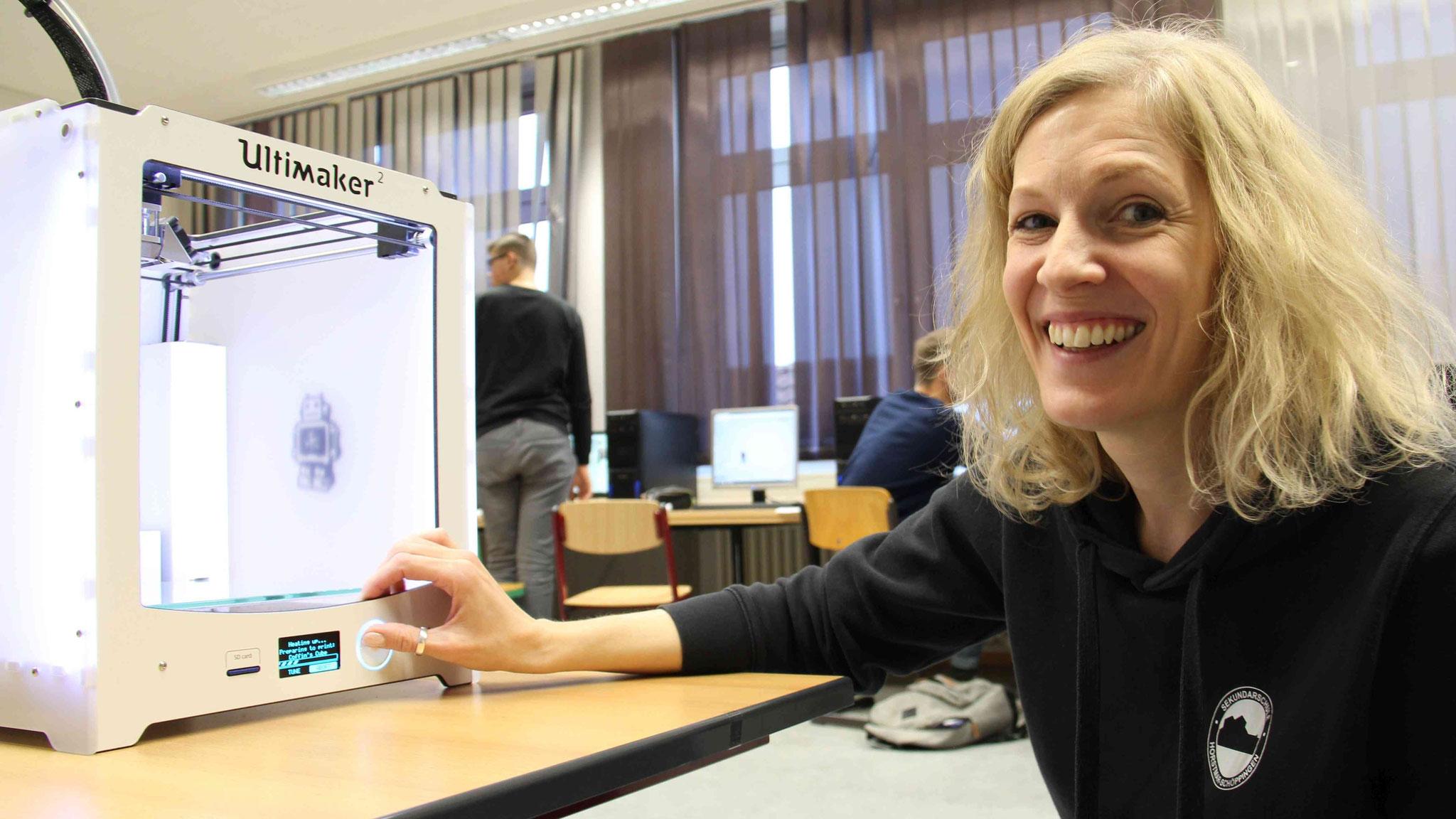 Informatiklehrerin Juliane Rodegro bereitet den schuleigenen 3D-Drucker für einen Testdruck vor