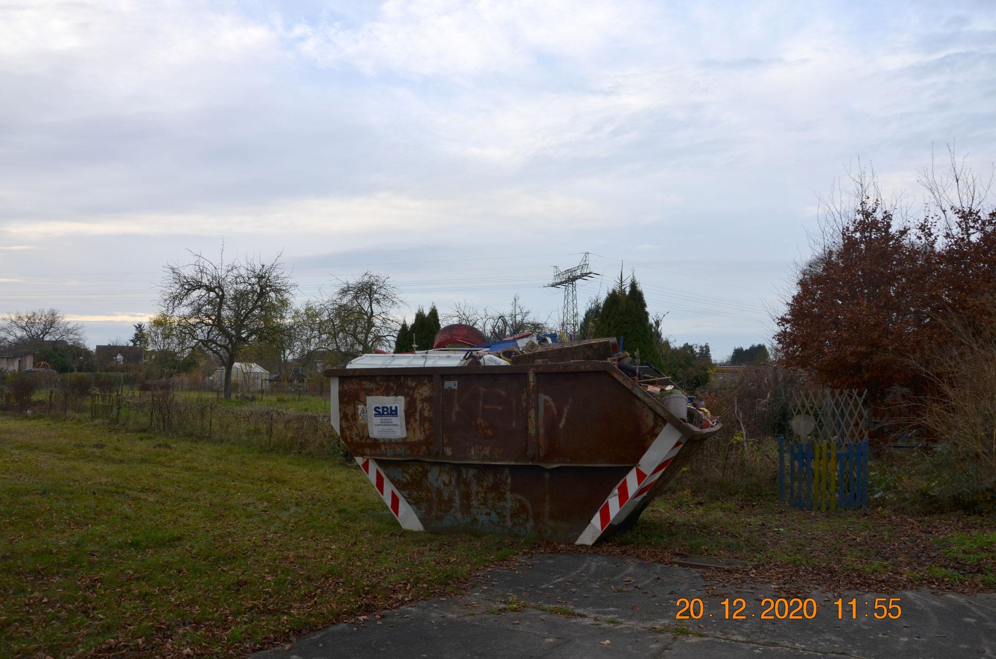 gefüllter Container; alles aus Garten 23