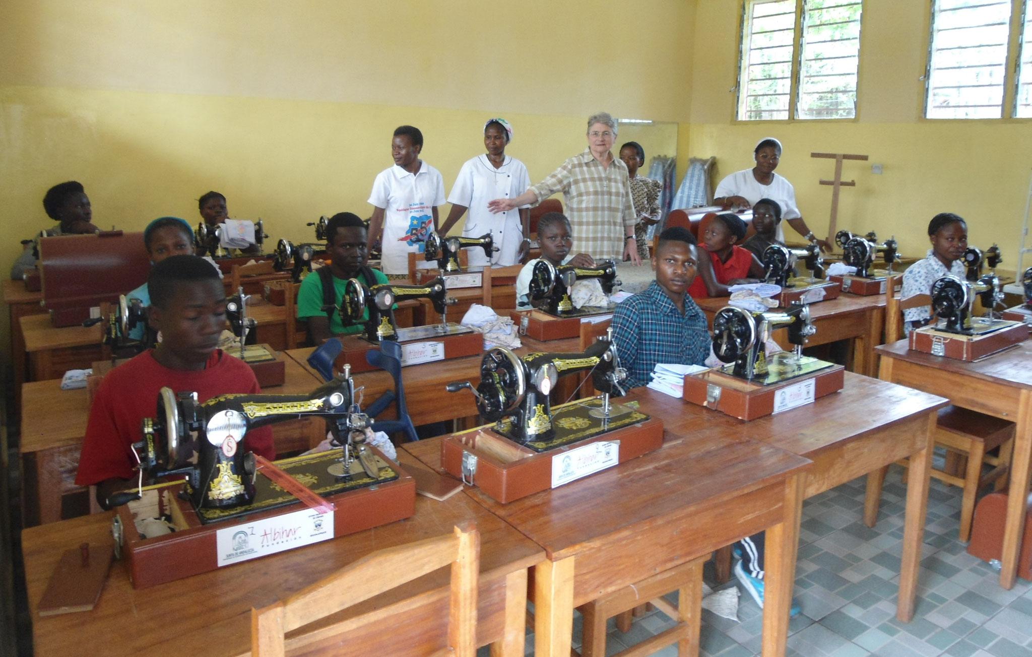 """Atelier de couture pour les jeunes handicapés vicitimes de la maldie """"Konzo"""" à Kahemba"""