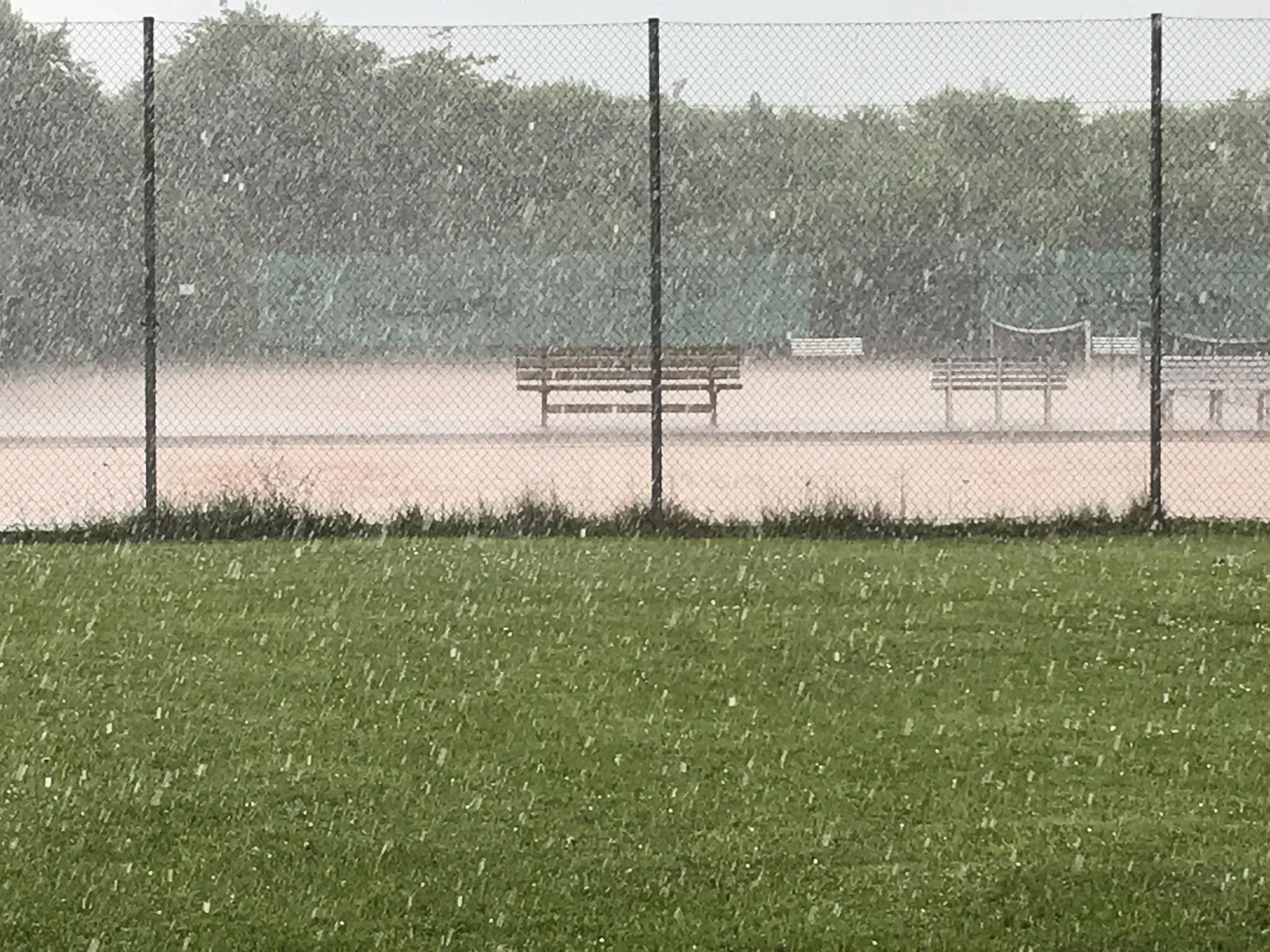 Hagel und Starkregen setzen die Plätze binnen Sekunden unter Wasser