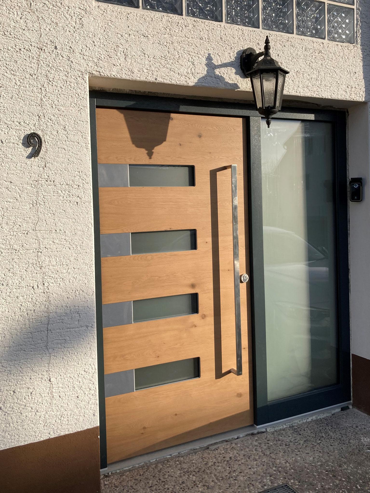 Haustüre aus Holz kombiniert mit Glas