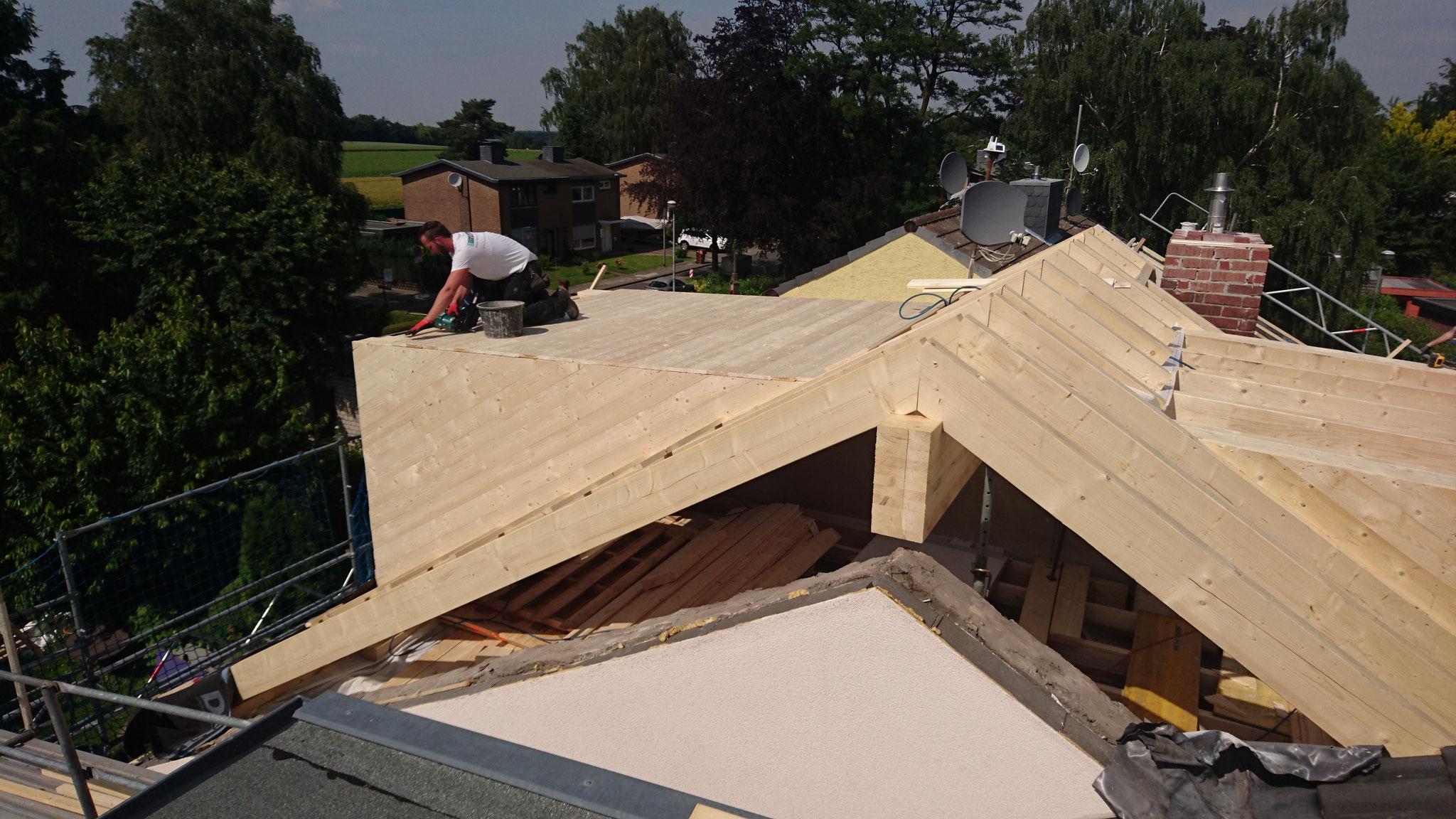 Tag zwei: Nun werden die Gauben verschalt und die Dachfläche mit Unterspannbahn abgedichtet.