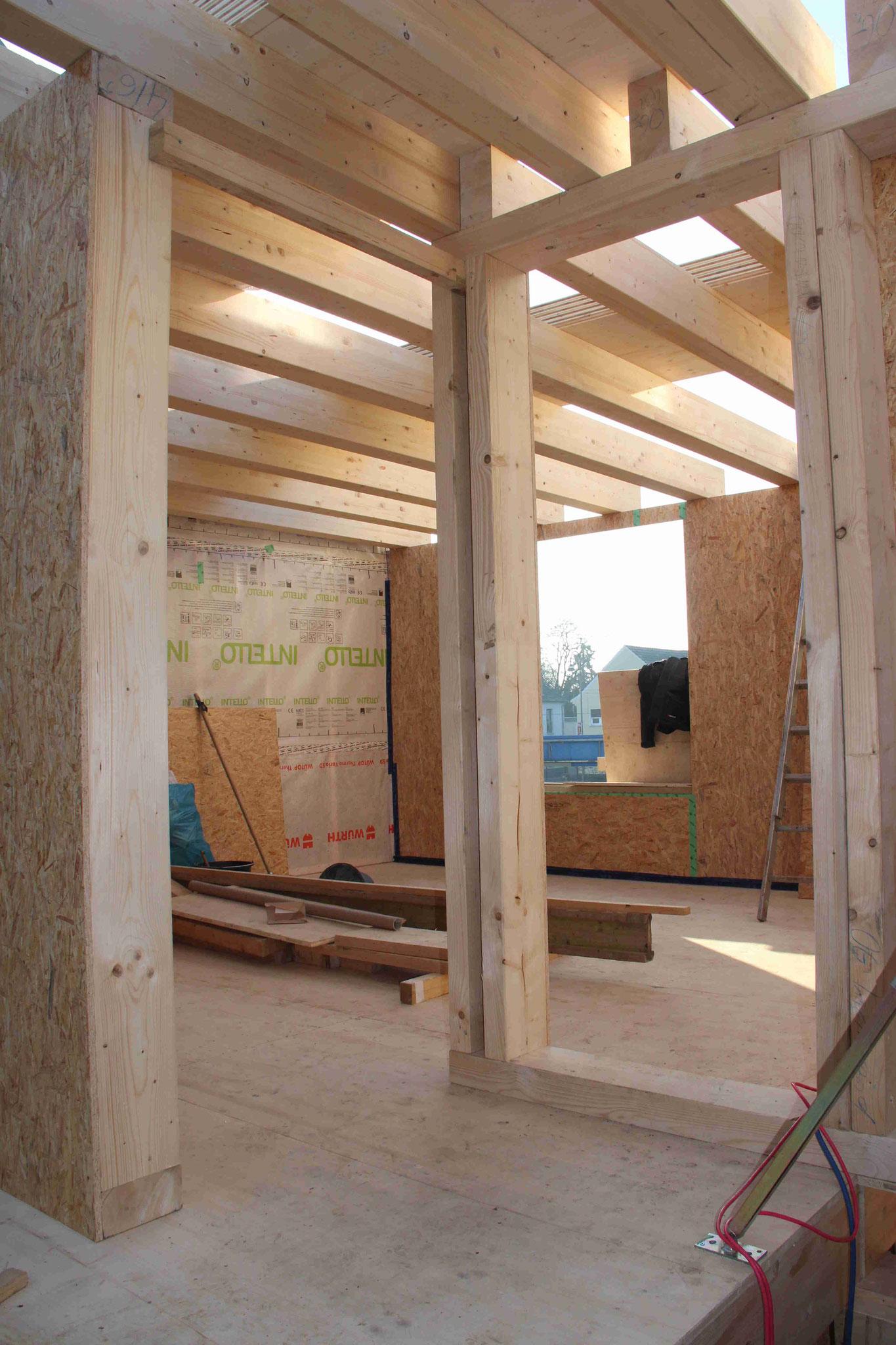 Das Obergeschoss von innen. Tragende Wände und Stützbalken stehen bereits, die Trockenbauwände stellt beim Ausbauhaus der Bauherr.