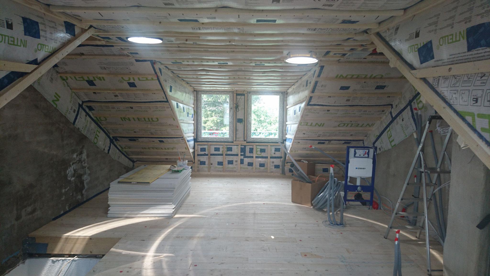 Und so sieht es im Dachgeschoss nach dem Dämmen aus. Tageslichtspots sorgen für zusätzliche Helligkeit.