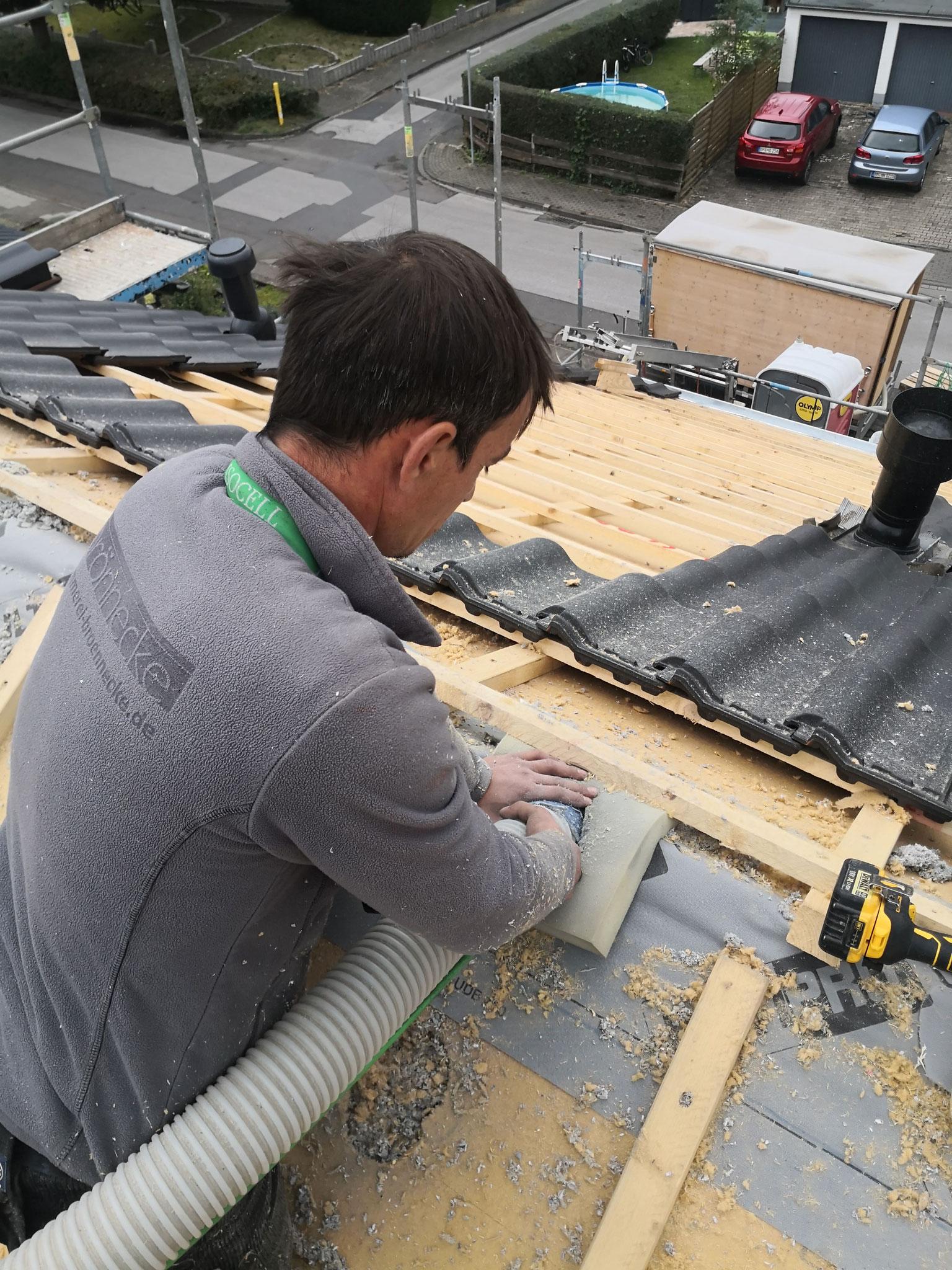 Hier blasen wir bei einer Dachsanierung Zellulosedämmung von außen in die Dachfläche ein.