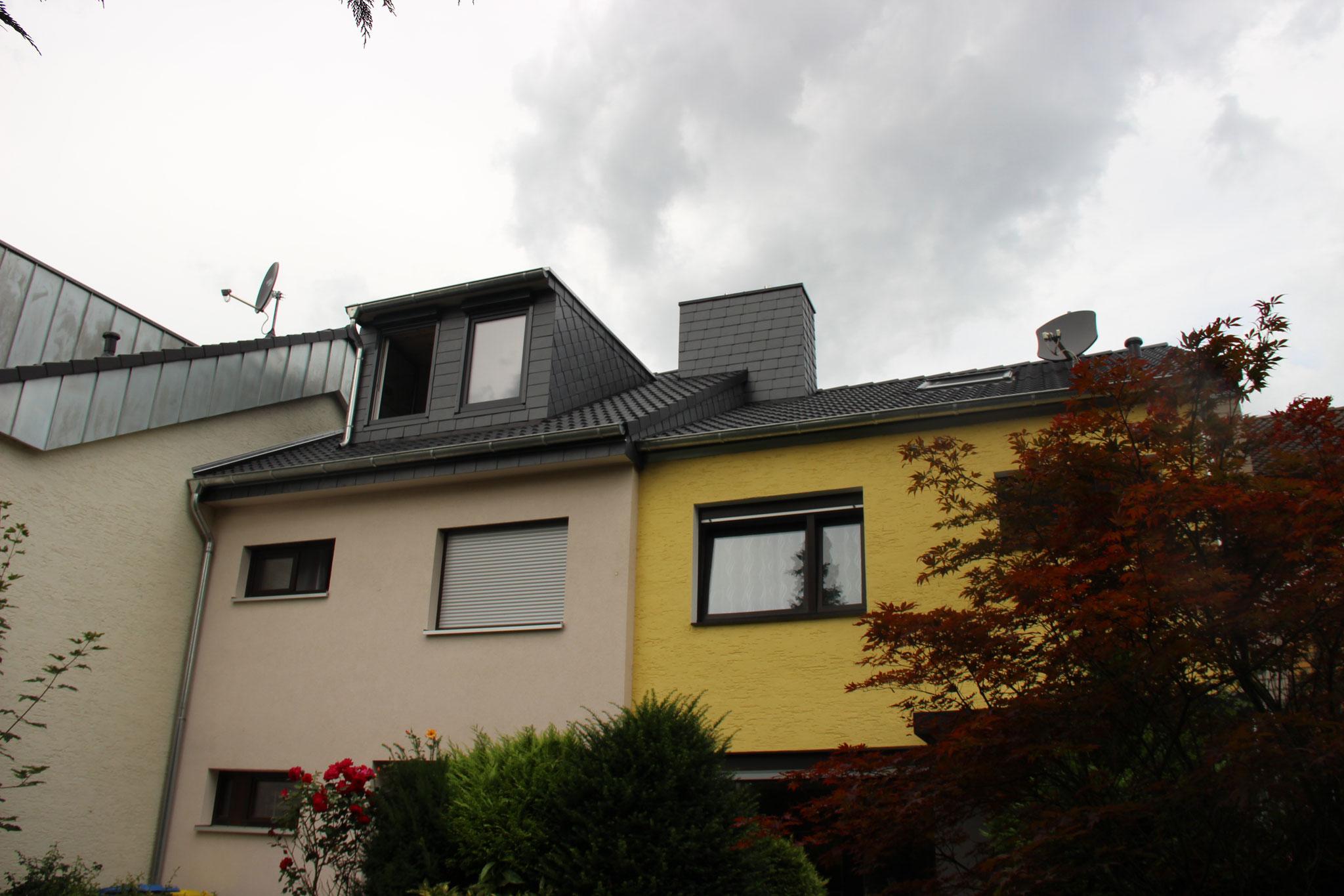 Von außen haben unsere Partner vom Dachdeckerbetrieb Lars Becker die Gaube mit Schiefer verkleidet.