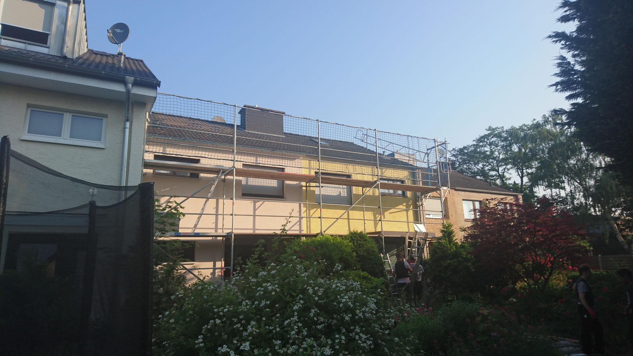 Vorher: Das Gerüst steht, jetzt muss als erstes das alte Dach abgerissen werden