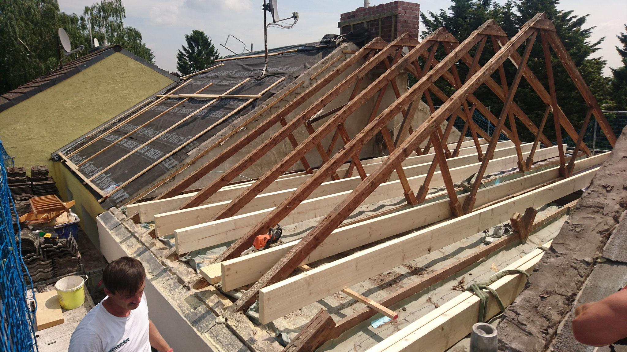 Jetzt steht nur noch der alte Dachstuhl, unten ist schon die neue Balkenlage montiert.