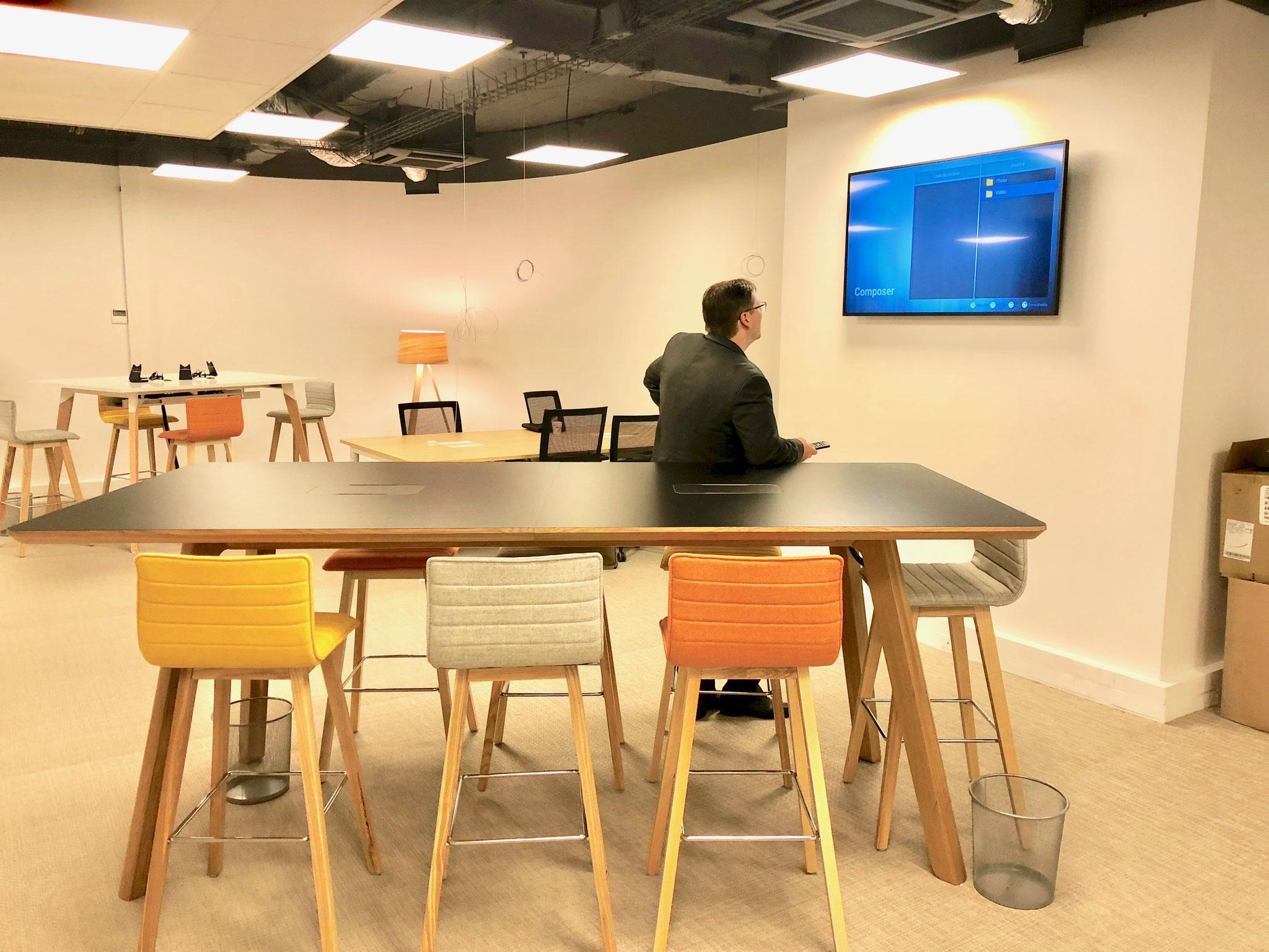 une espace réunion pour des bureaux en open space