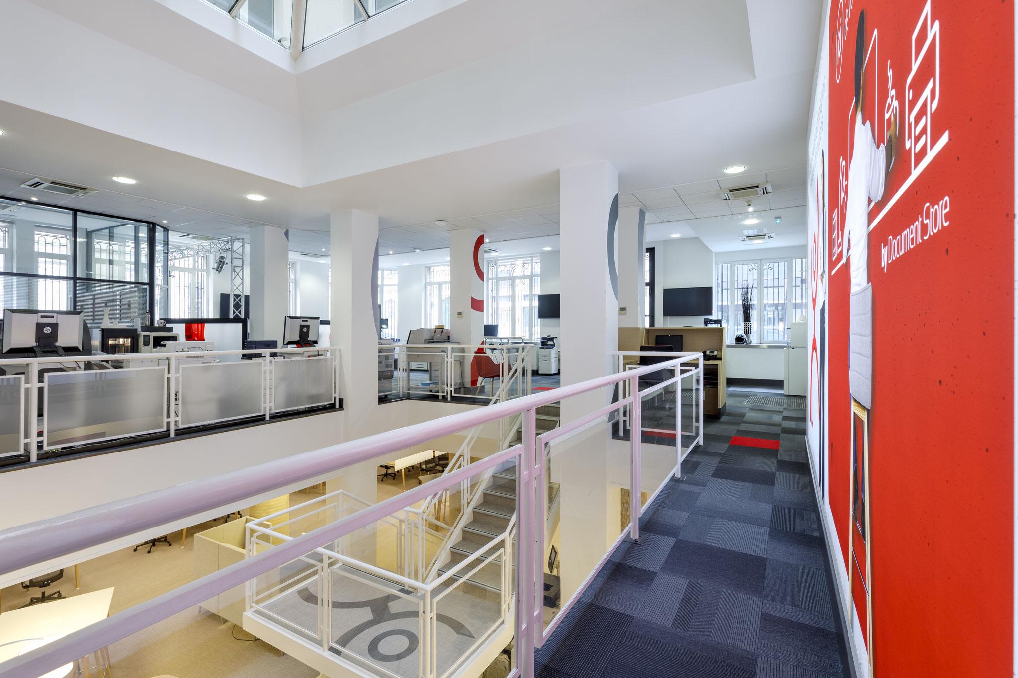 un espace très ouvert avec deux plateaux de travail en co-working