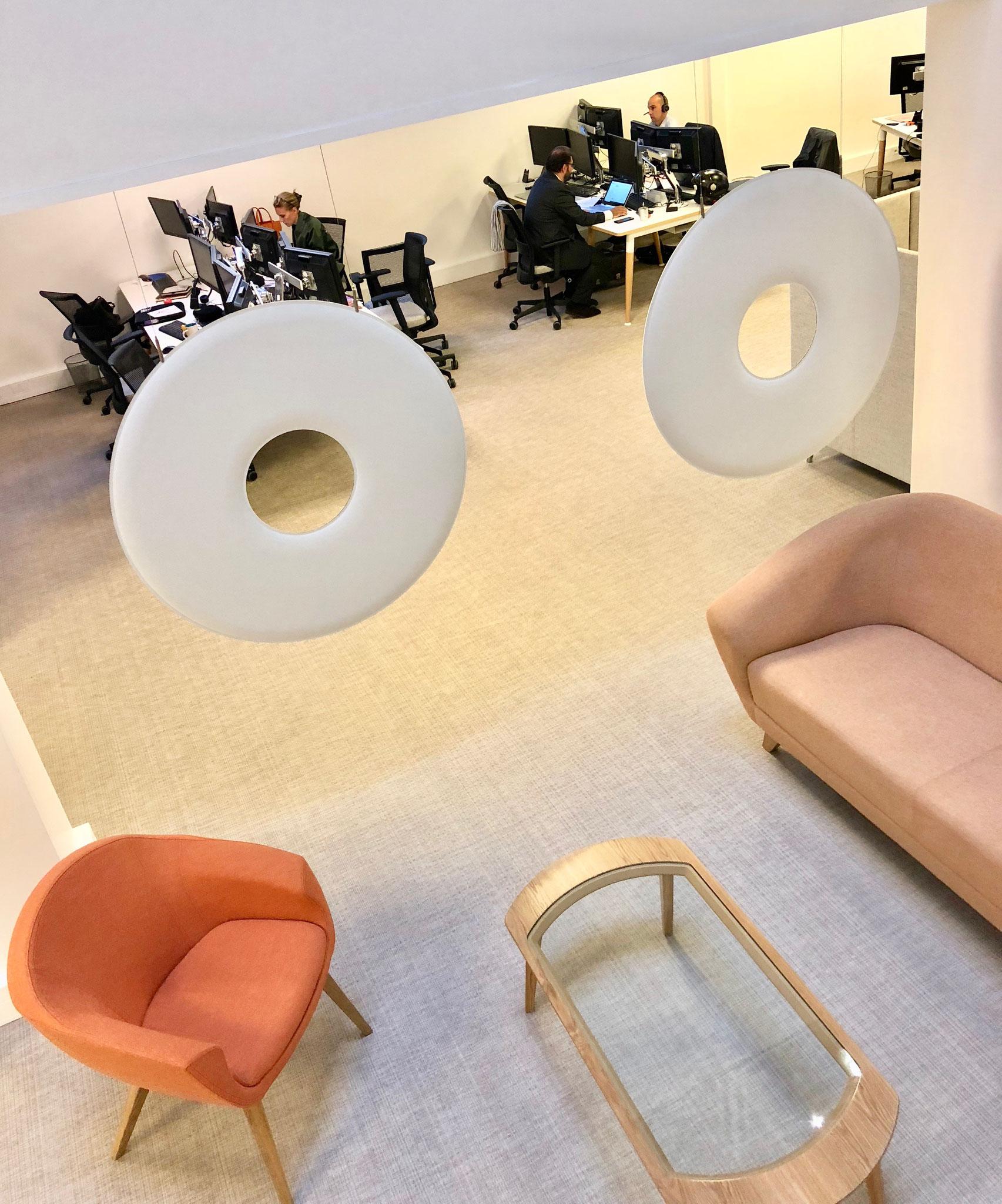 Salon d'accueil client dans un espace de coworking textiles et couleurs