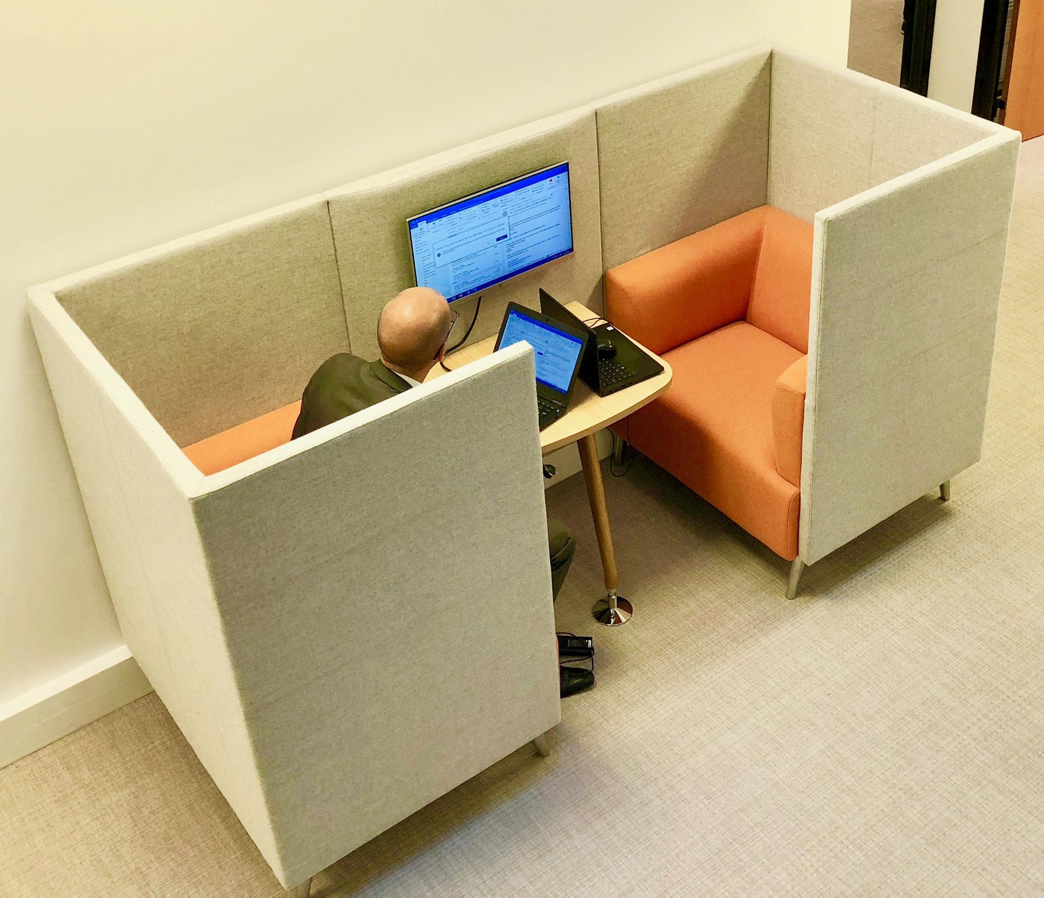 un modèle de réunion à deux dans un espace partagé de travail