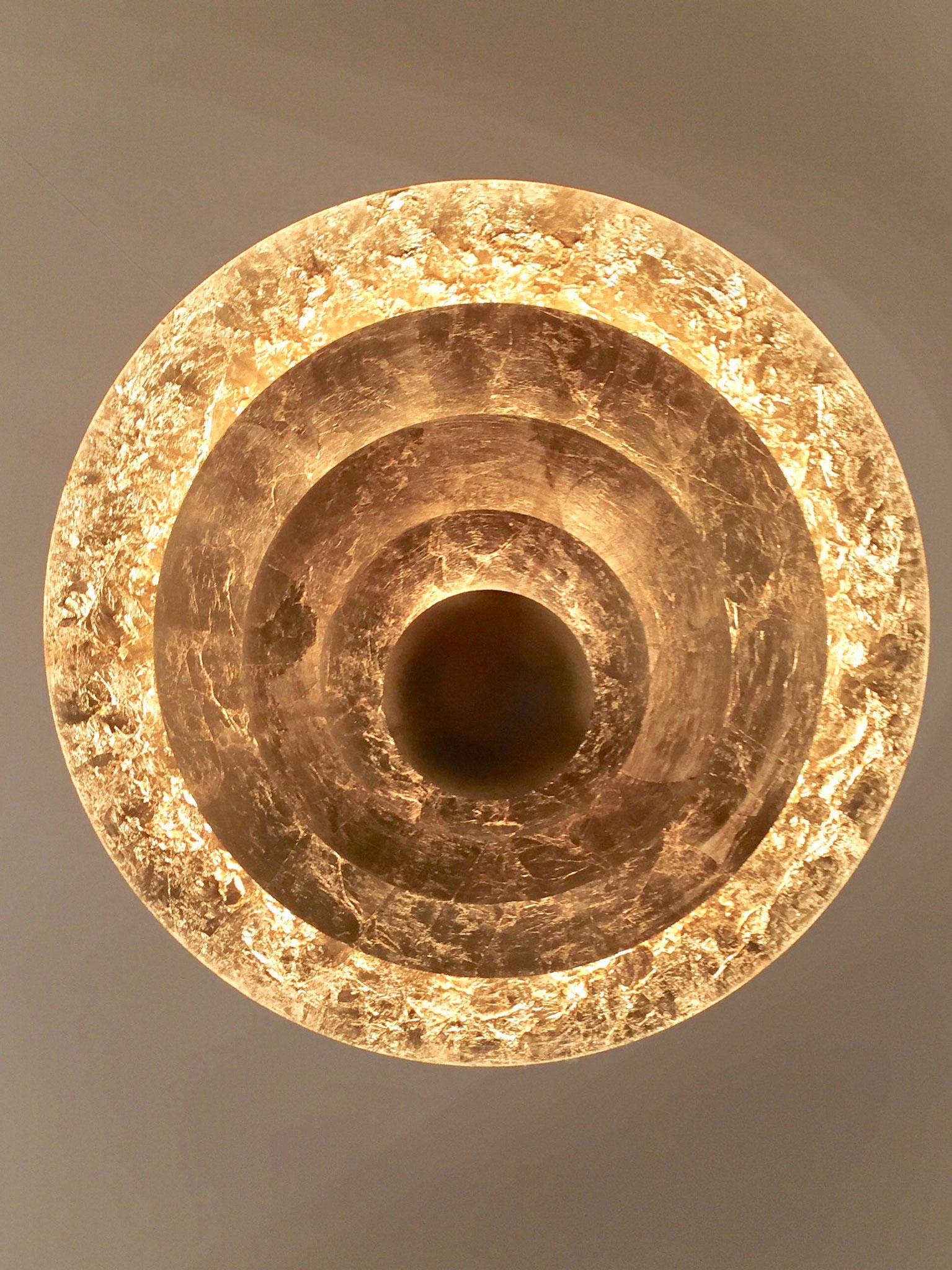 un magnifique lustre d'or vêtu.