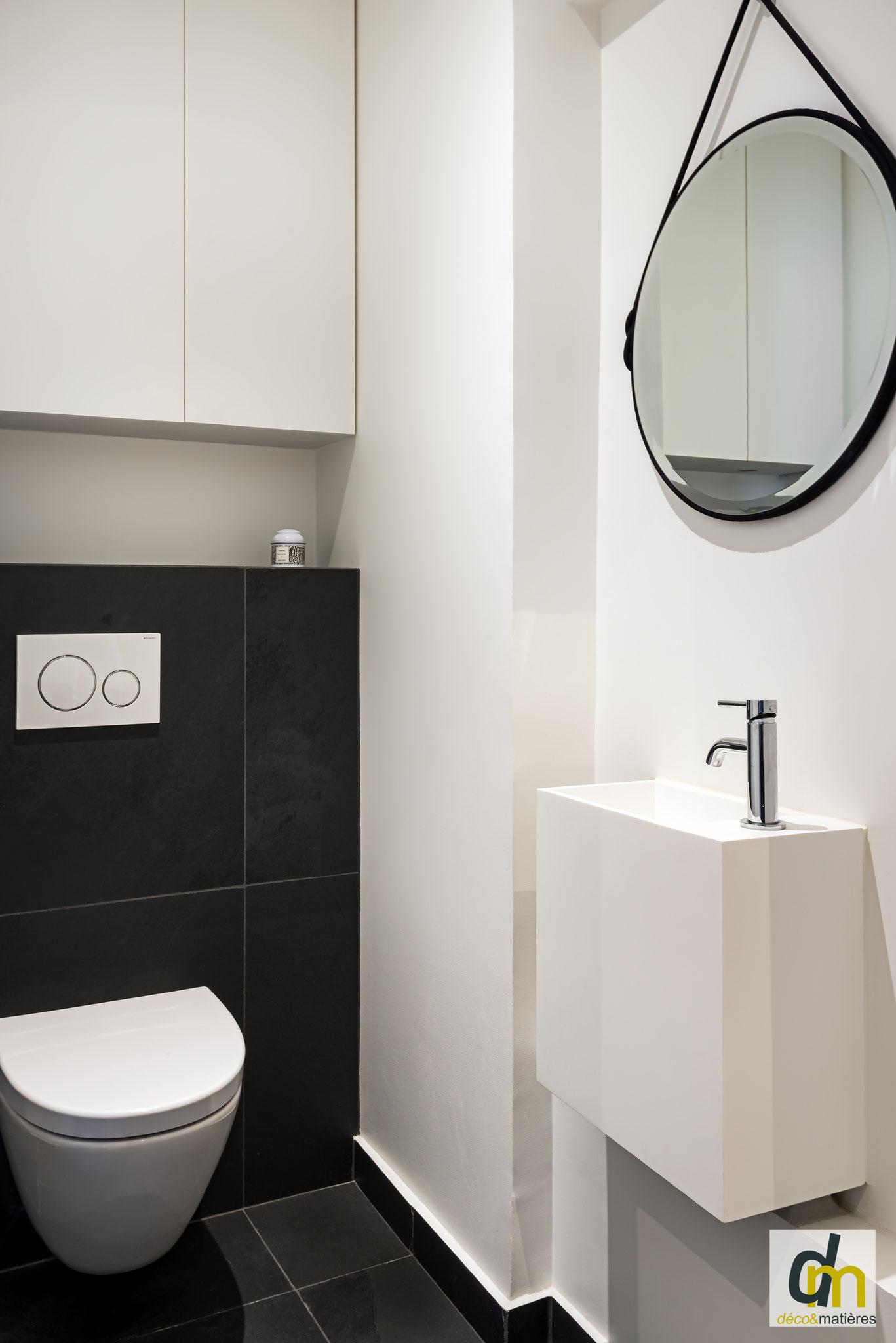 un espace WC en ardoise naturelle, et vasque en résine, une harmonie réussie