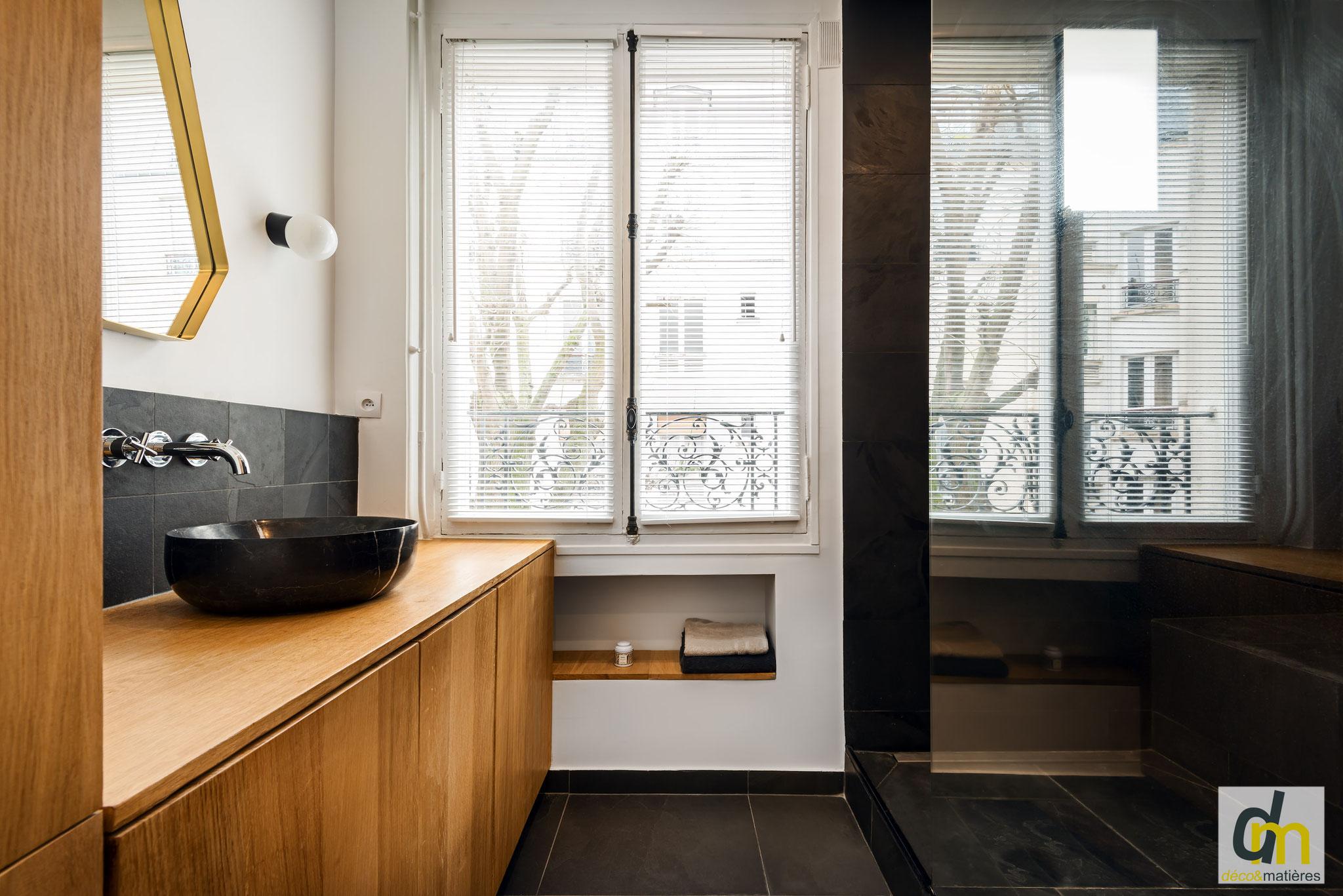 une salle de bain en matériaux naturels : meubles en chêne massif, sol et douche en ardoise véritable, vasque en marbre noir