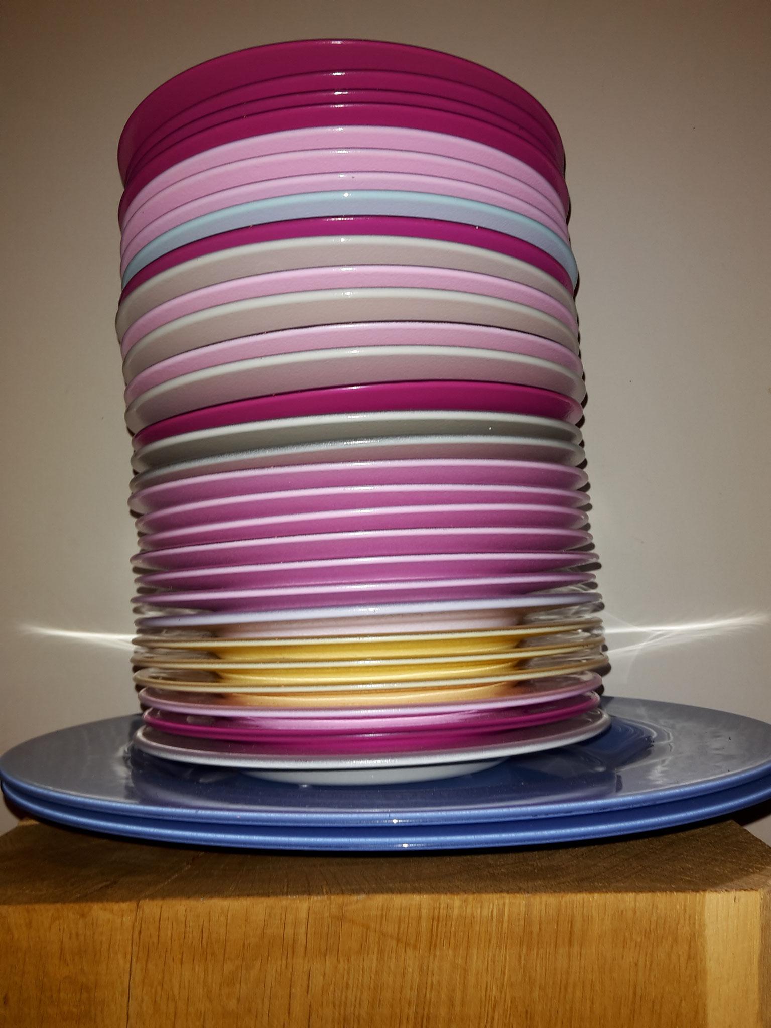 Glasteller in vielen verschiedenen Farben