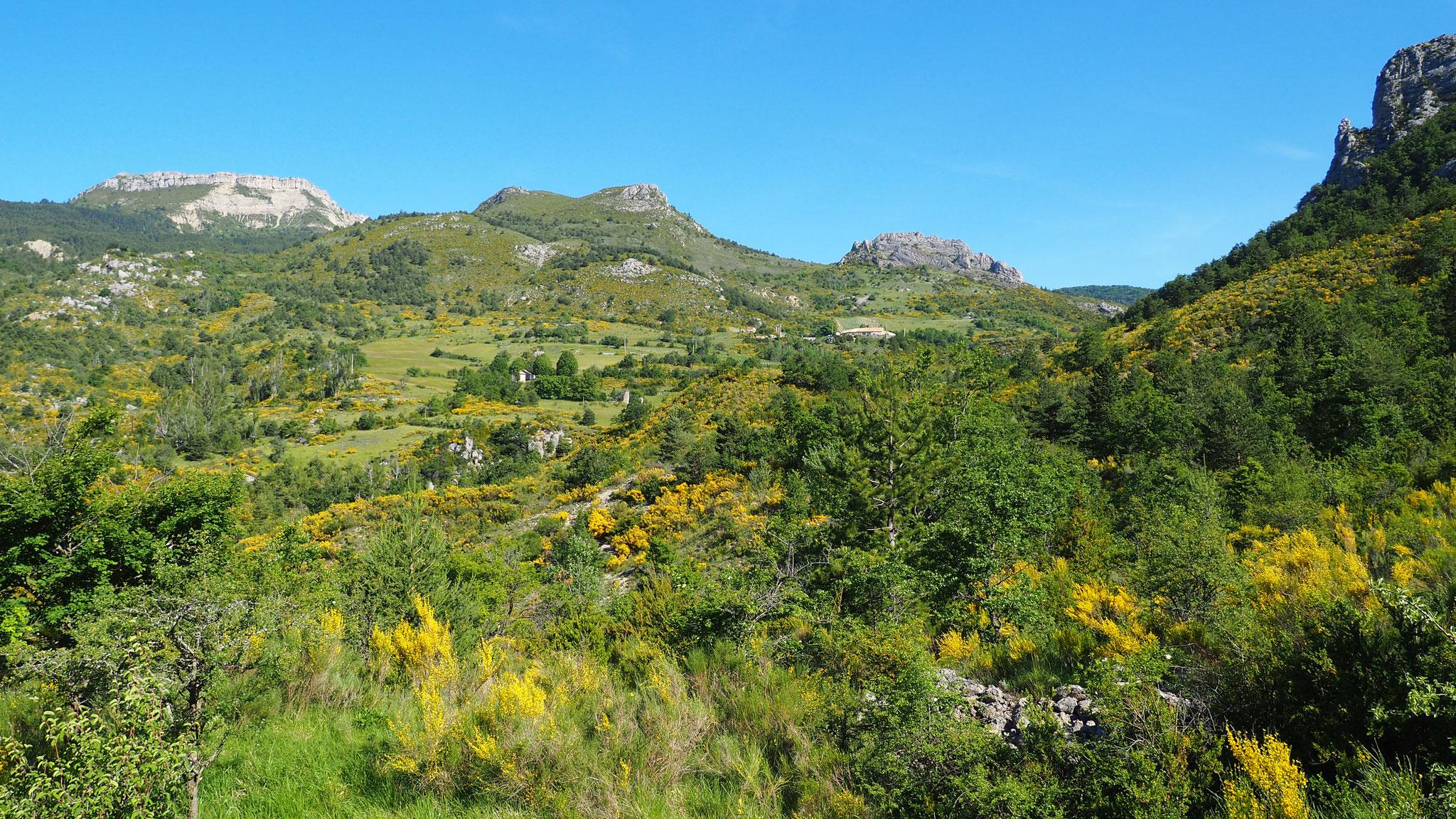 En balade près d'Izon. Izon Nature : hébergements et table d'hôtes insolites et écoresponsables dans la Drôme provençale, trek dans la Méouge