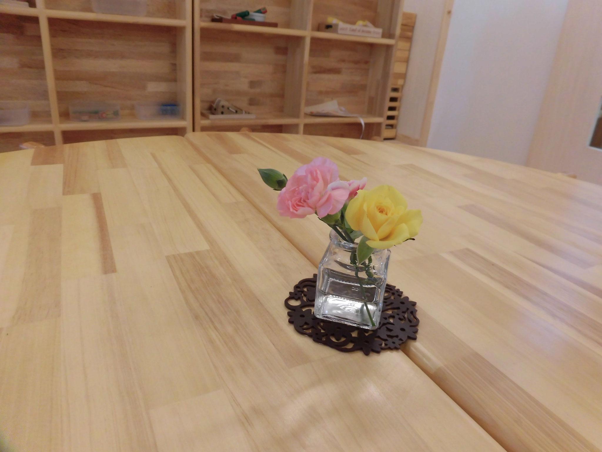 テーブルの花も、お散歩で子どもたちが選んでくれます。