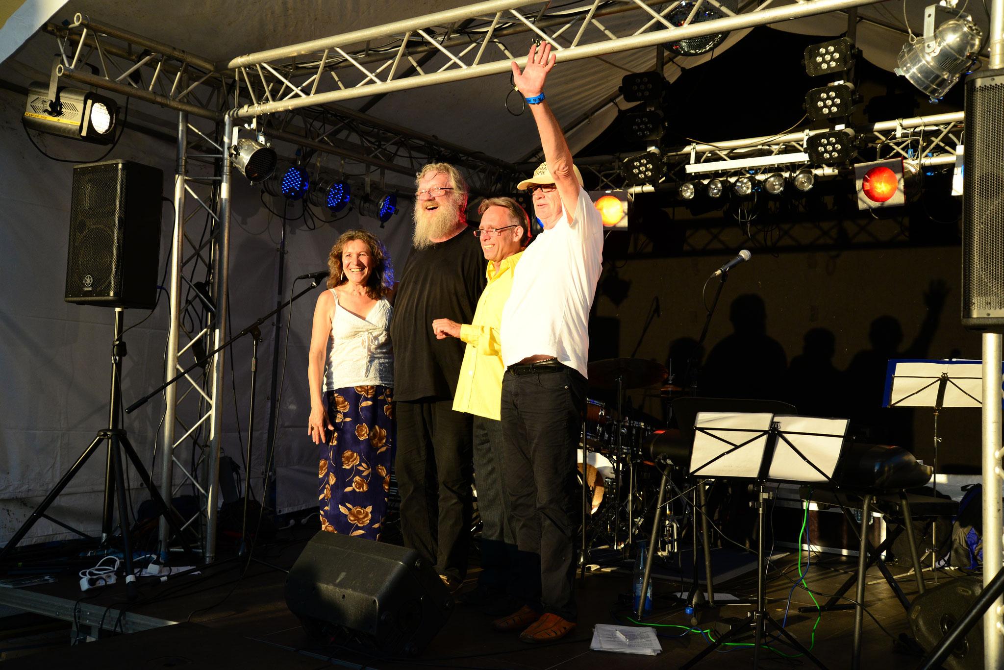 02.08.2015 Jazz auf dem Altstadtfest Hersbruck mit mit Jockel Peter Streb (p), Dieter Feist (b), Uwe Zapala (dr), Georgina (Foto Katharina Hubner)