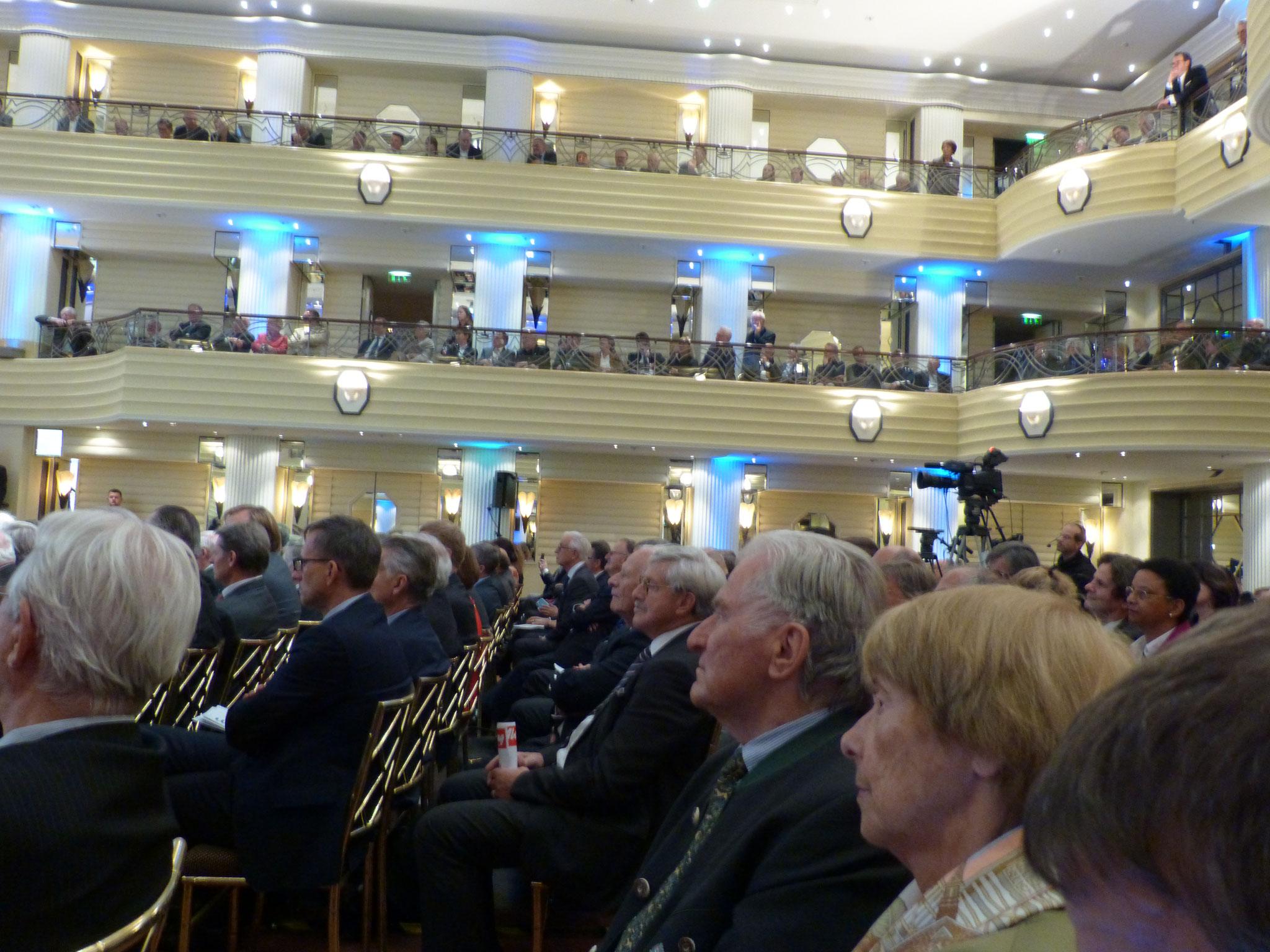Die Mitglieder des Wirtschaftsbeirates der Union hören der Rede von Frau Dr. Ursula von der Leyen aufmerksam zu