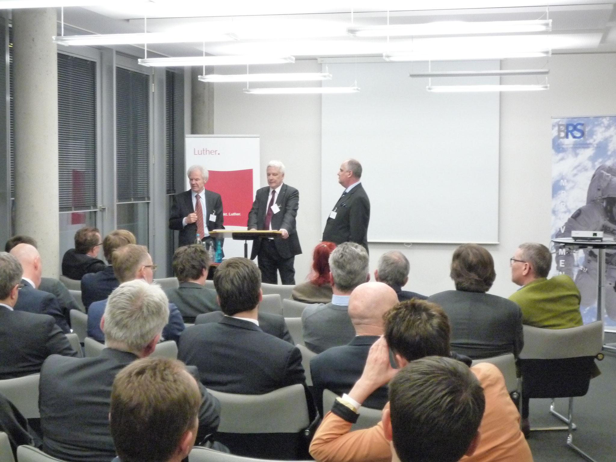 Podiumsdiskussion mit Dr. Hans Gerhard Ganter, Vorsitzender Richter am BGH a. D. (links) und den Teilnehmern.