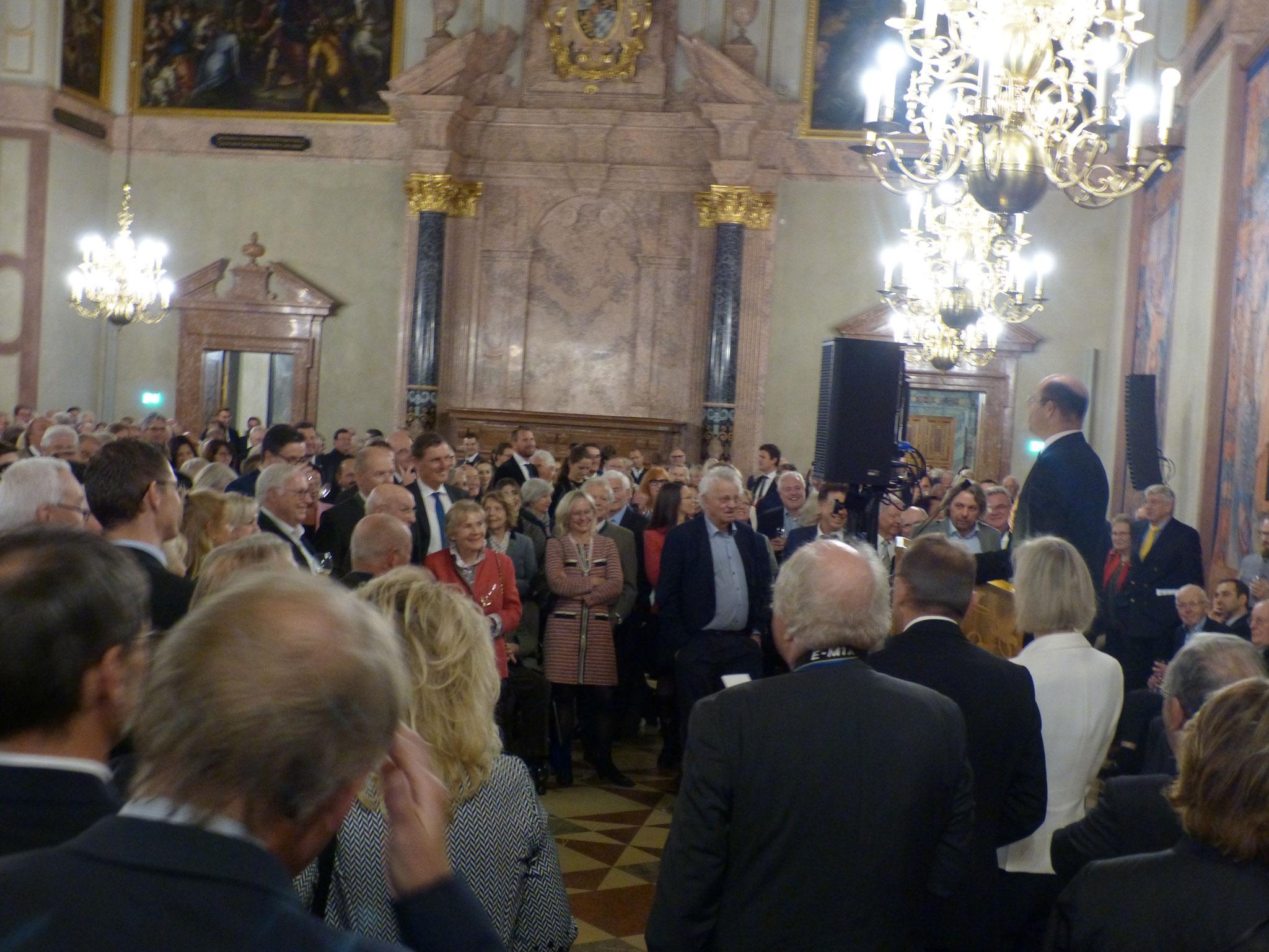 Die Unternehmer und Unternehmerinnen hören der Begrüßungsrede von Herrn Minister Albert Füracker aufmerksam zu
