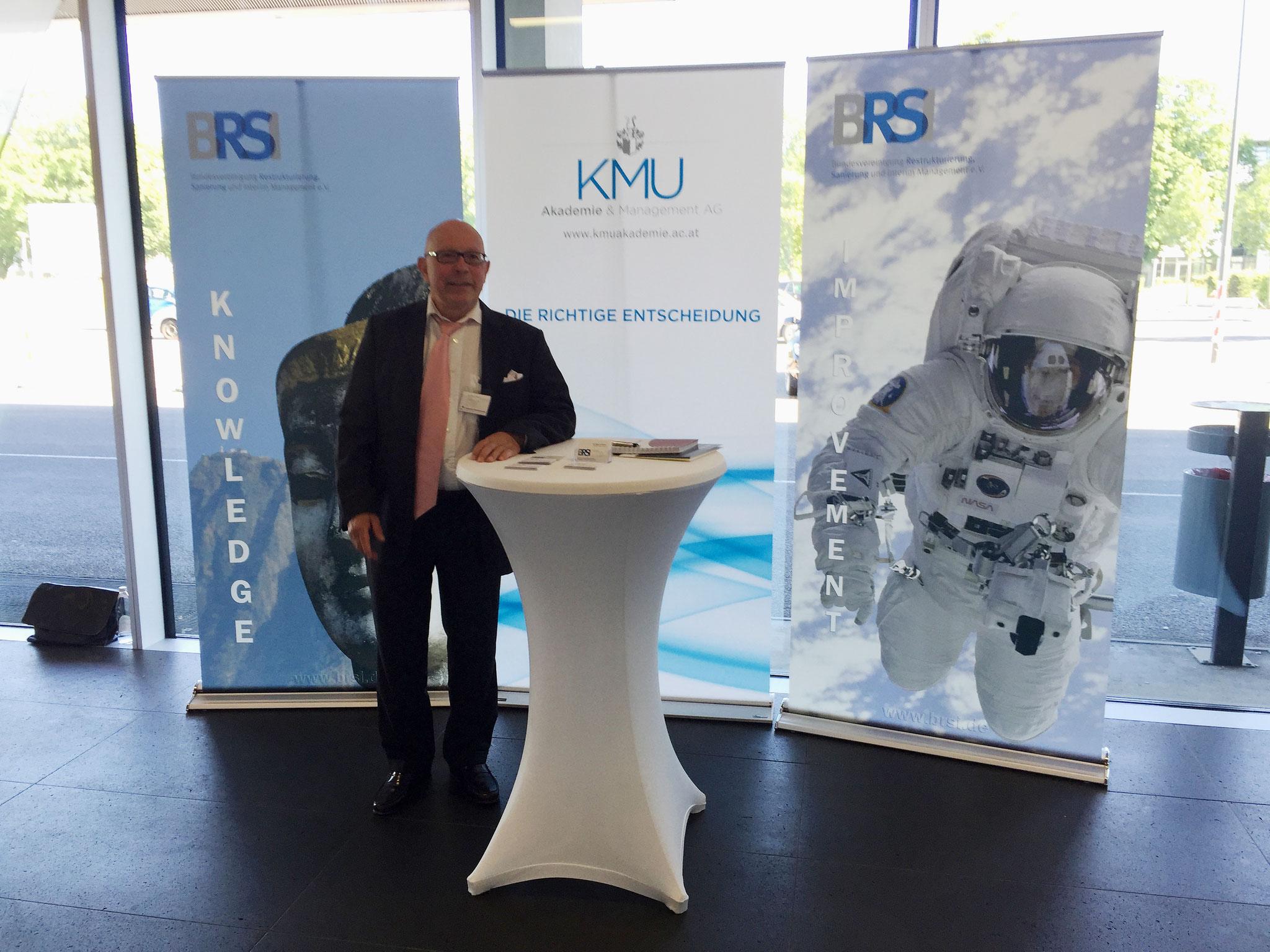 Der geschätsführende Vorstand Herr Dr. Dieter Körner ist soeben am Stand des BRSI eingetroffen.