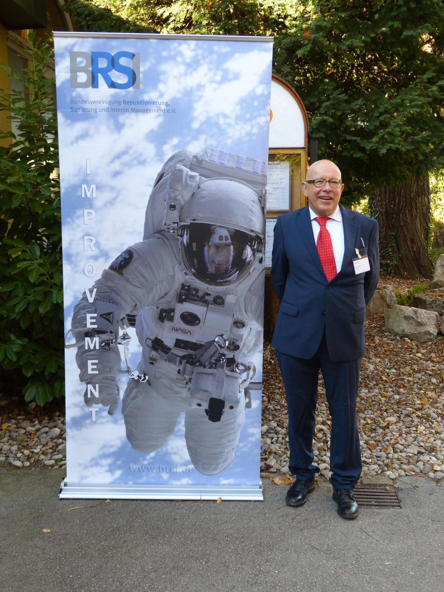 Dr. Körner (BRSI Geschäftsführender Vorstand) am Seiteneingang des Seehauses