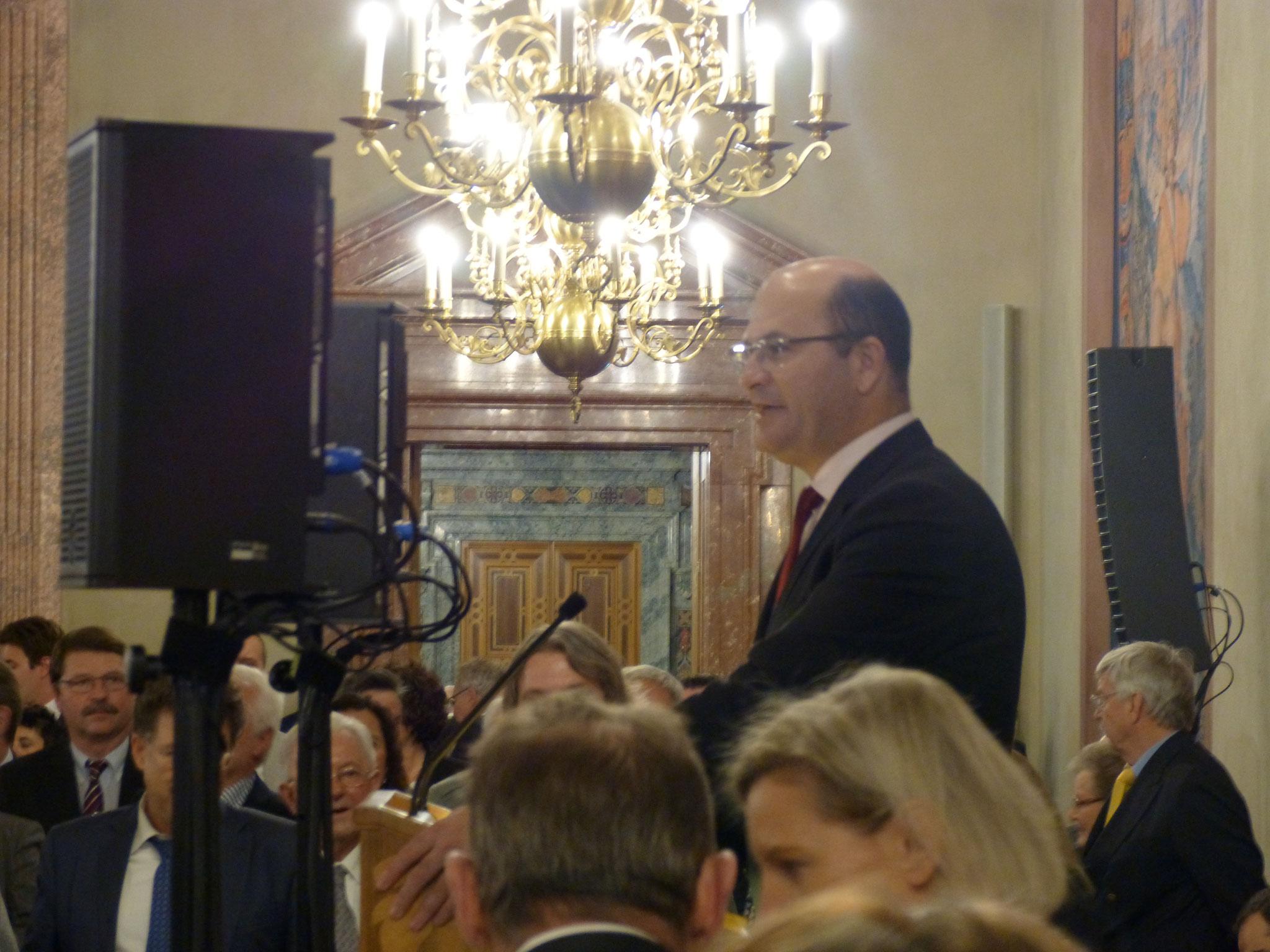 Der Bayerische Finanzminister Abert Füracker begrüßt die Gäste im Kaiser-Vierschimmelsaal der Residenz München