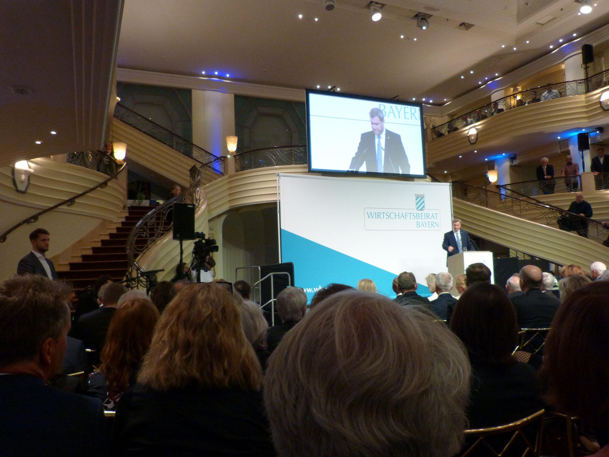Dr. Markus Söder erklärt den anwesenden Unternehmer/innen die Ziele der Bayerischen Staatsregierung.