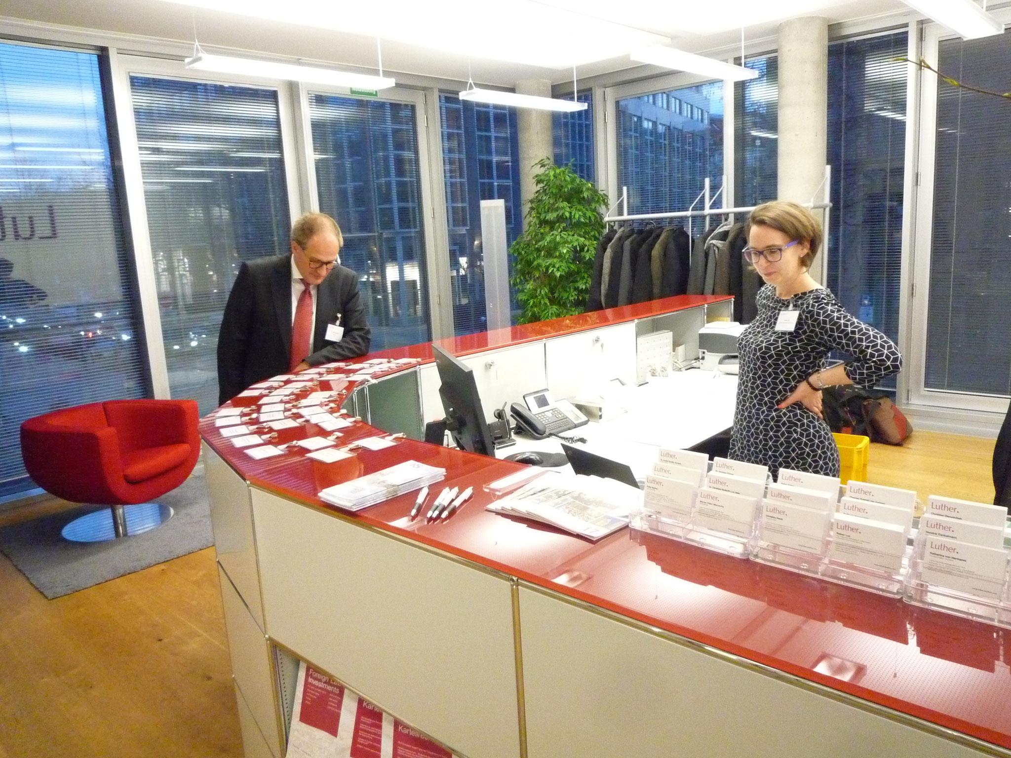 Unser Vorstandsvorsitzender Dr. Andreas Kloyer mit Kollegin kurz vor Beginn der Veranstaltung.