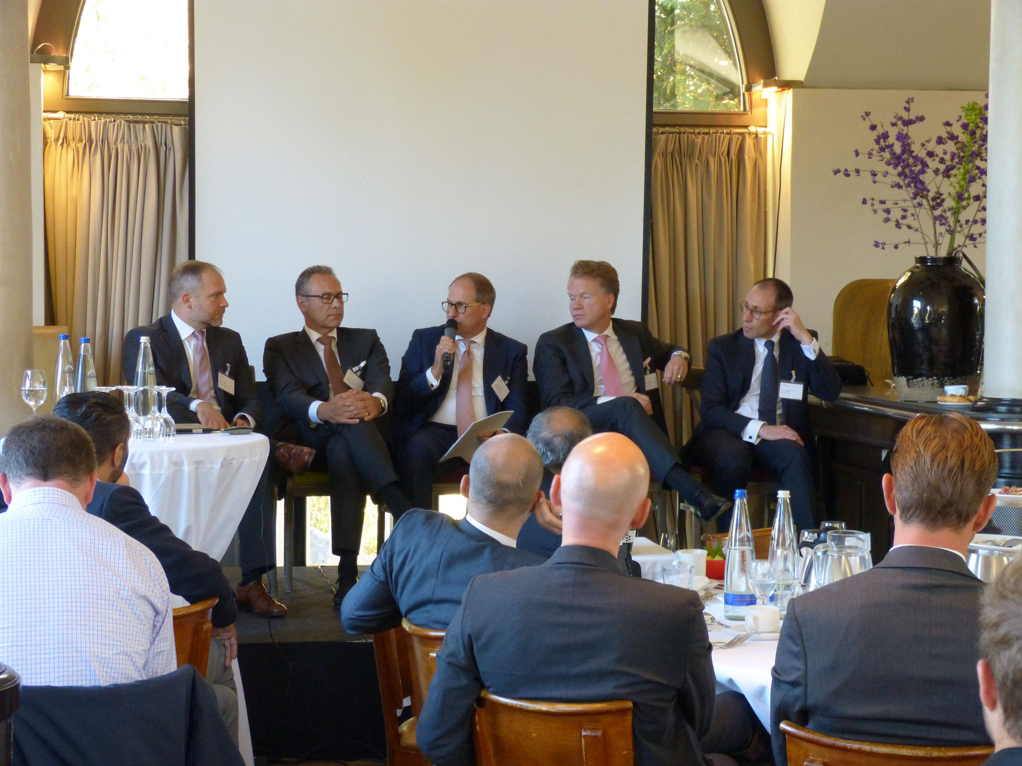 Dr. Kloyer moderiert die Podiumsdiskussion (vlnr): Stefan Lehotkay (Clearsight Investments AG), Heinrich Strauß (Insofinance Industrial Real Estate Holding GmbH), Dr. Andreas Kloyer (Vorstands, BRSI e.V), Carl-Jan von der Goltz (Maturus Finance GmbH)