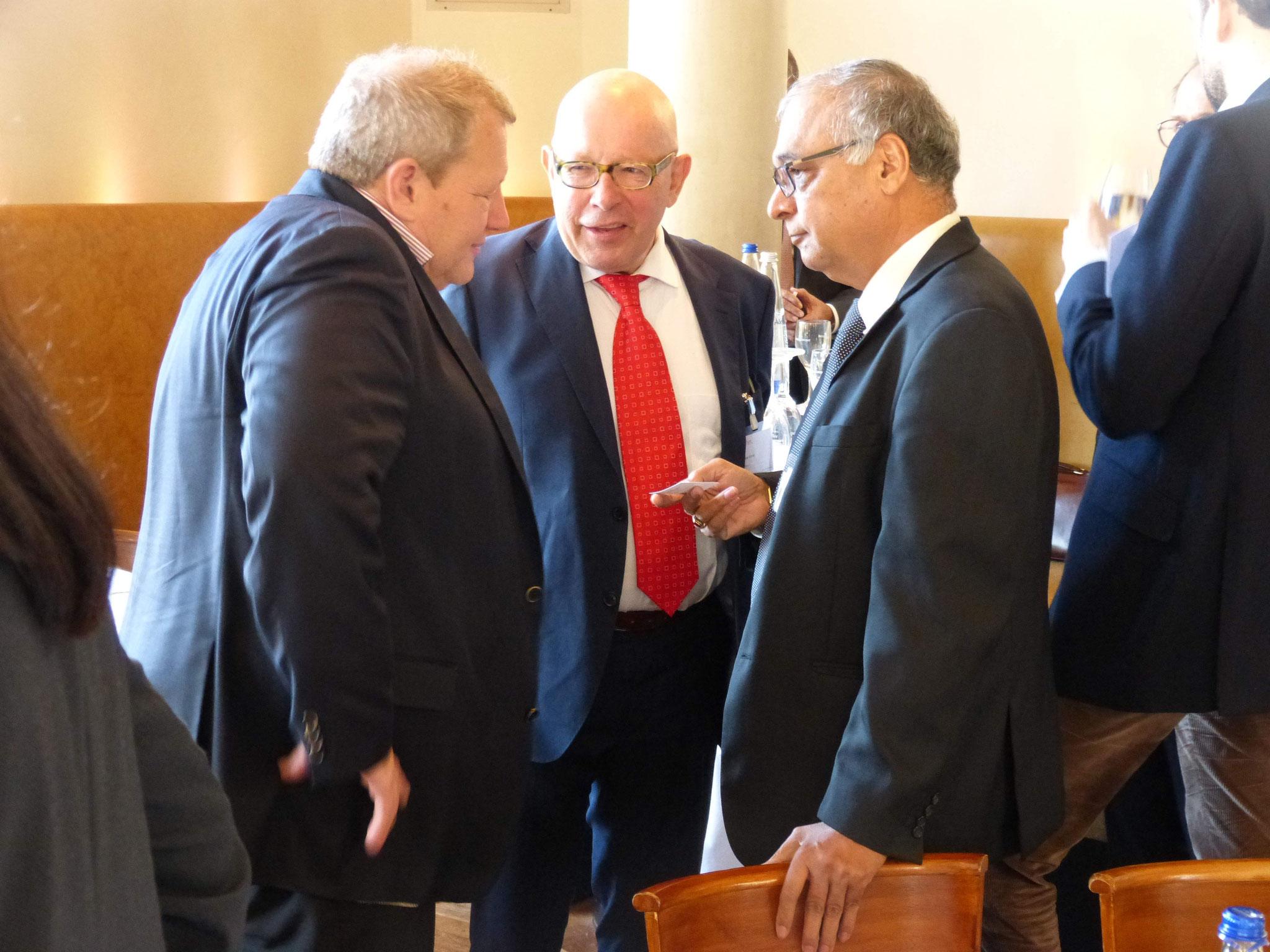 Dr. Tariq (BRSI Direktor Middle East) überreicht seine Visitenkarte an das BRSI-Mitglied David J. Giauque
