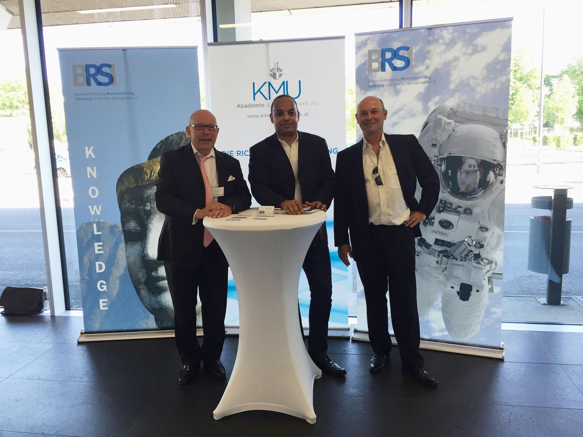 Von links Dr. Dieter Körner gemeinsam am BRSI Stand mit Dr. Markus Fellner Referent und Geschäftsführer der HUMAN MOVEMENT Organisationsberatung München und Herrn Ibrahim Alexander Grundner, Geschäftsführer der Agentur STARDUST Communication aus München.