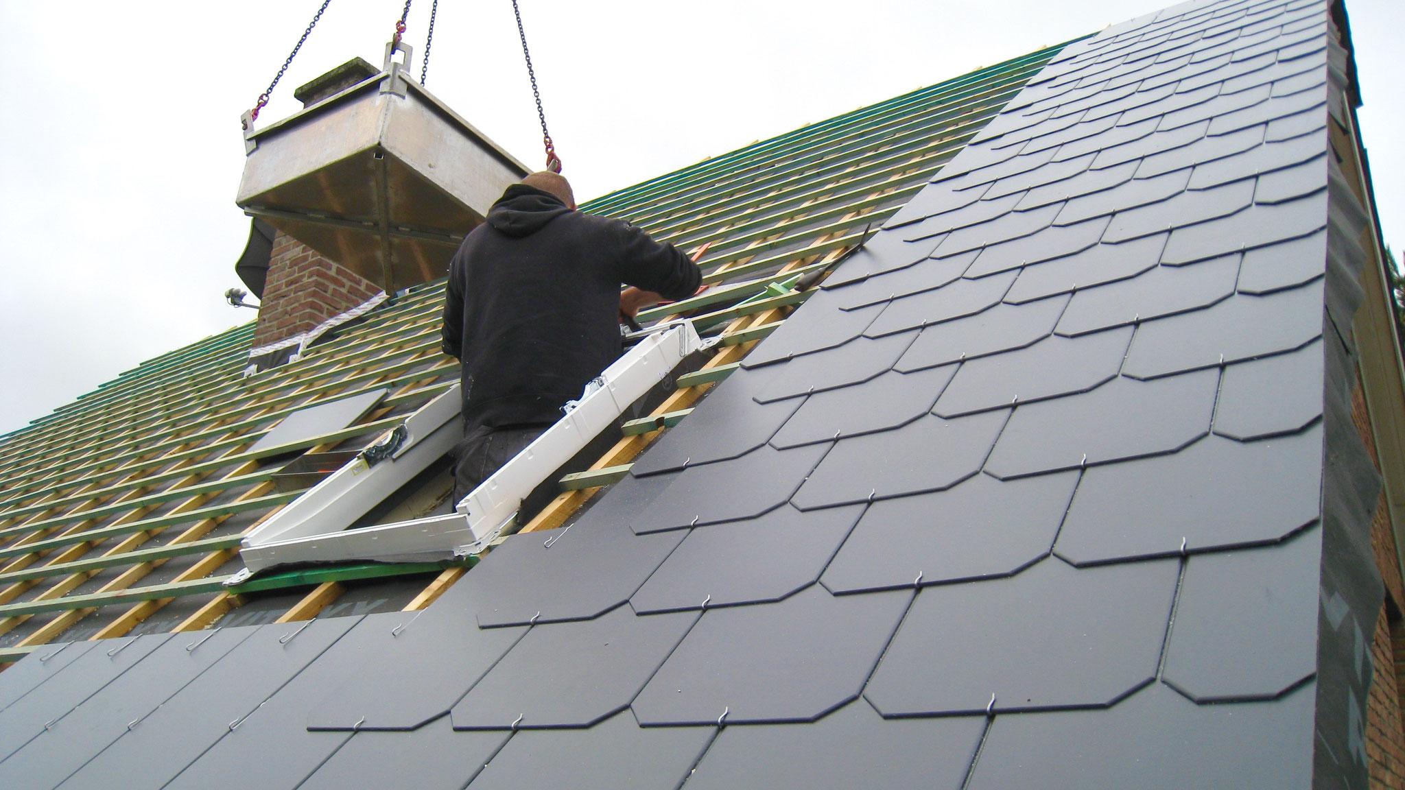 Mise en place de l'isolation et de l'étanchéité autour de la fenêtre de toit.