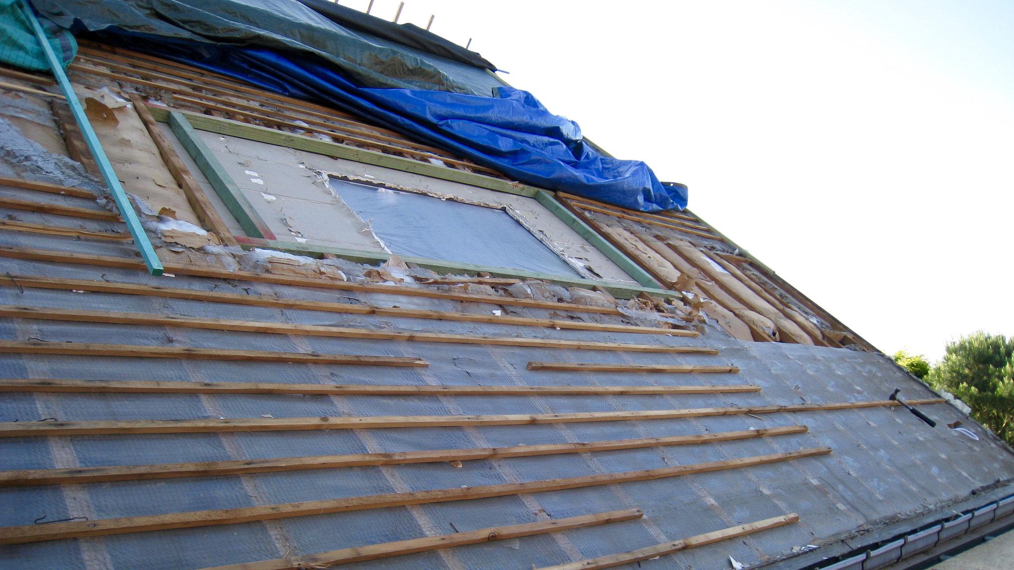 Retrait des anciennes fenêtres de toit Vélux et ouverture pour accueillir les nouvelles fenêtres