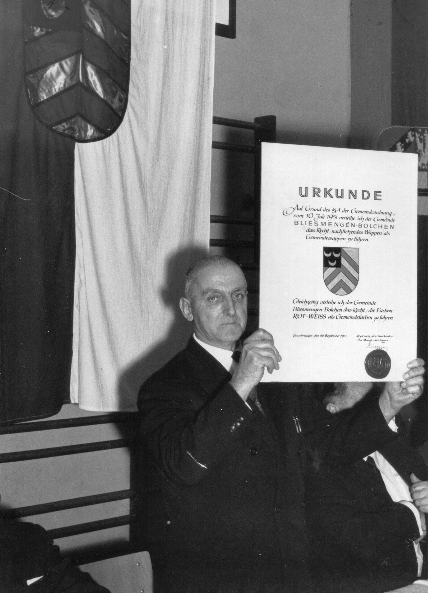 Verleihung des Dorfwappens an Bürgermeister Theodor Bachmann durch das Saarländische Innenministerium am 26.09.1963.