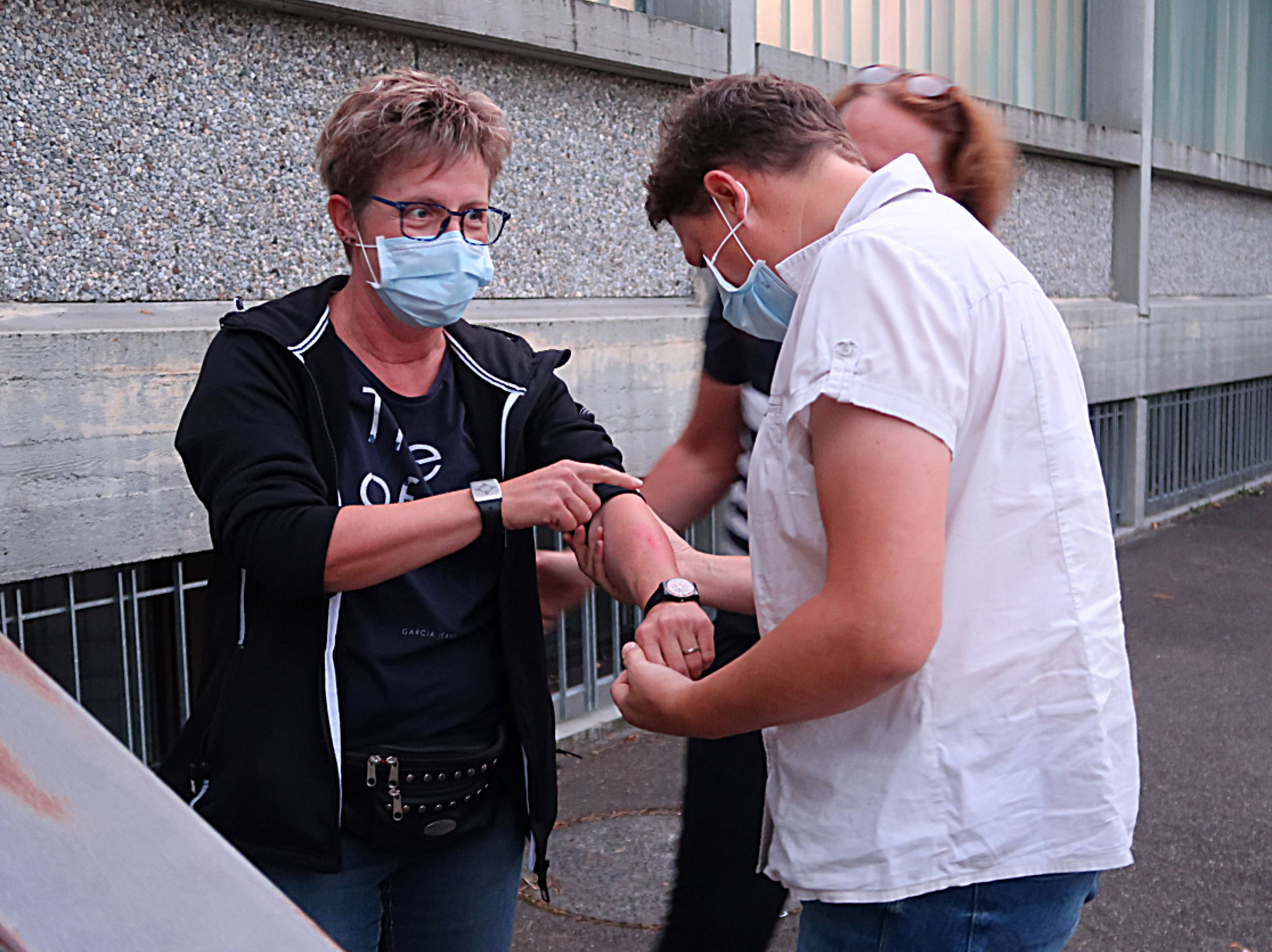 ... und zwei SamariterInnen betreuen einen Patienten