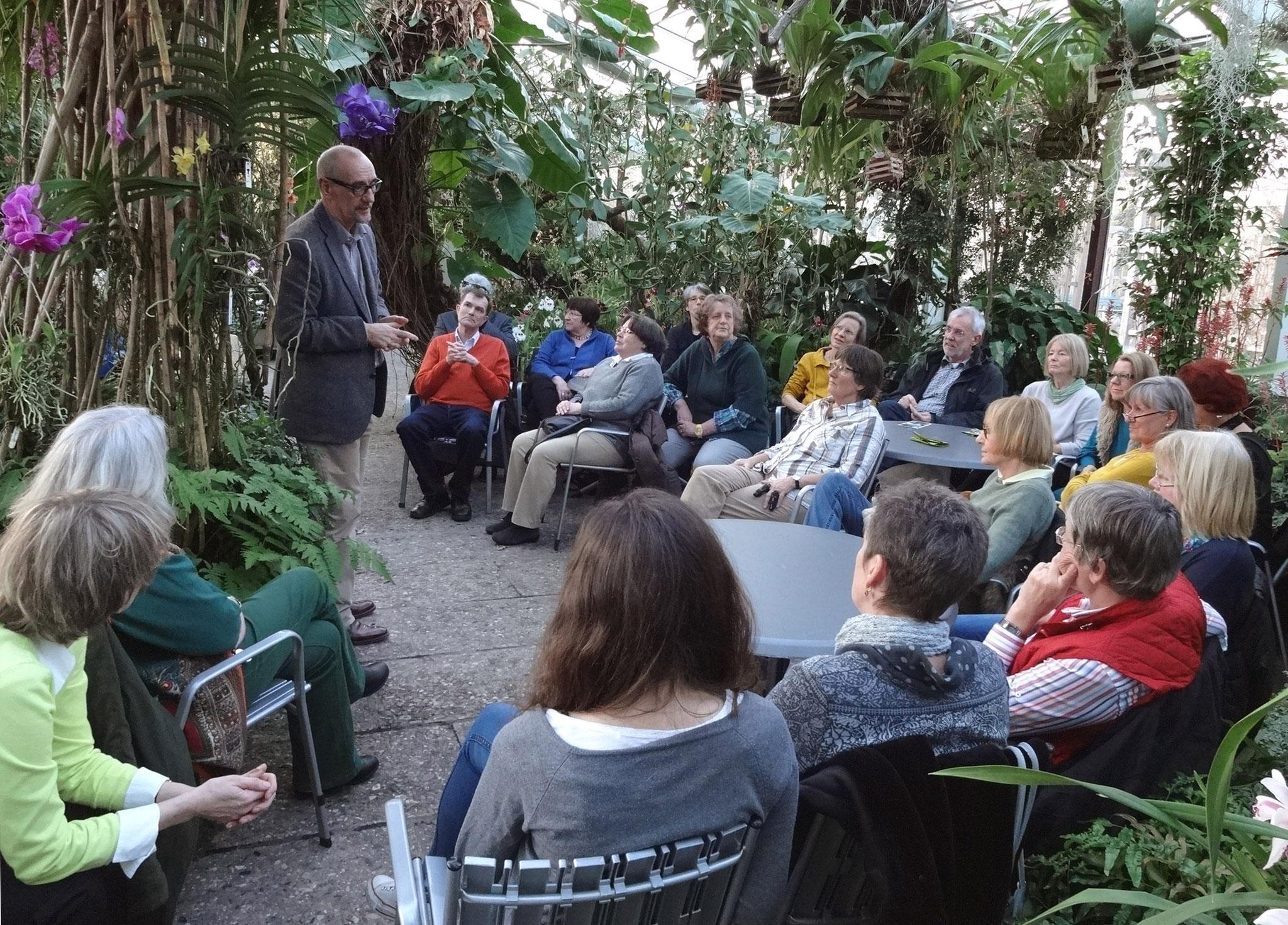 Ronald Clark, Direktor der Herrenhäuser Gärten, stimmt die Gartenlotsen auf die kommende Saison ein (3)