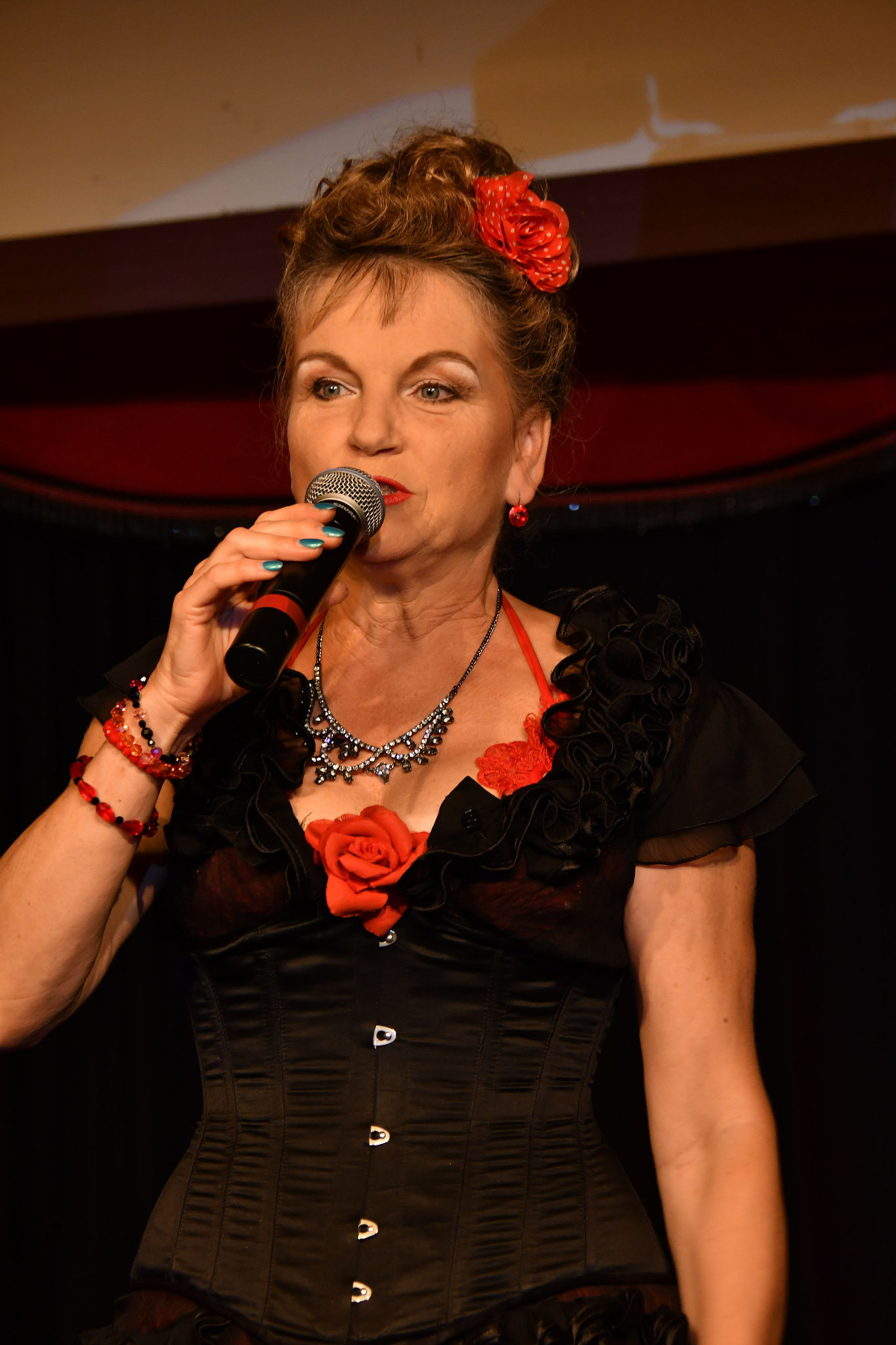 Julia Kempken die Chefin des Hauses moderiert, wie immer gekonnt, durch den Abend
