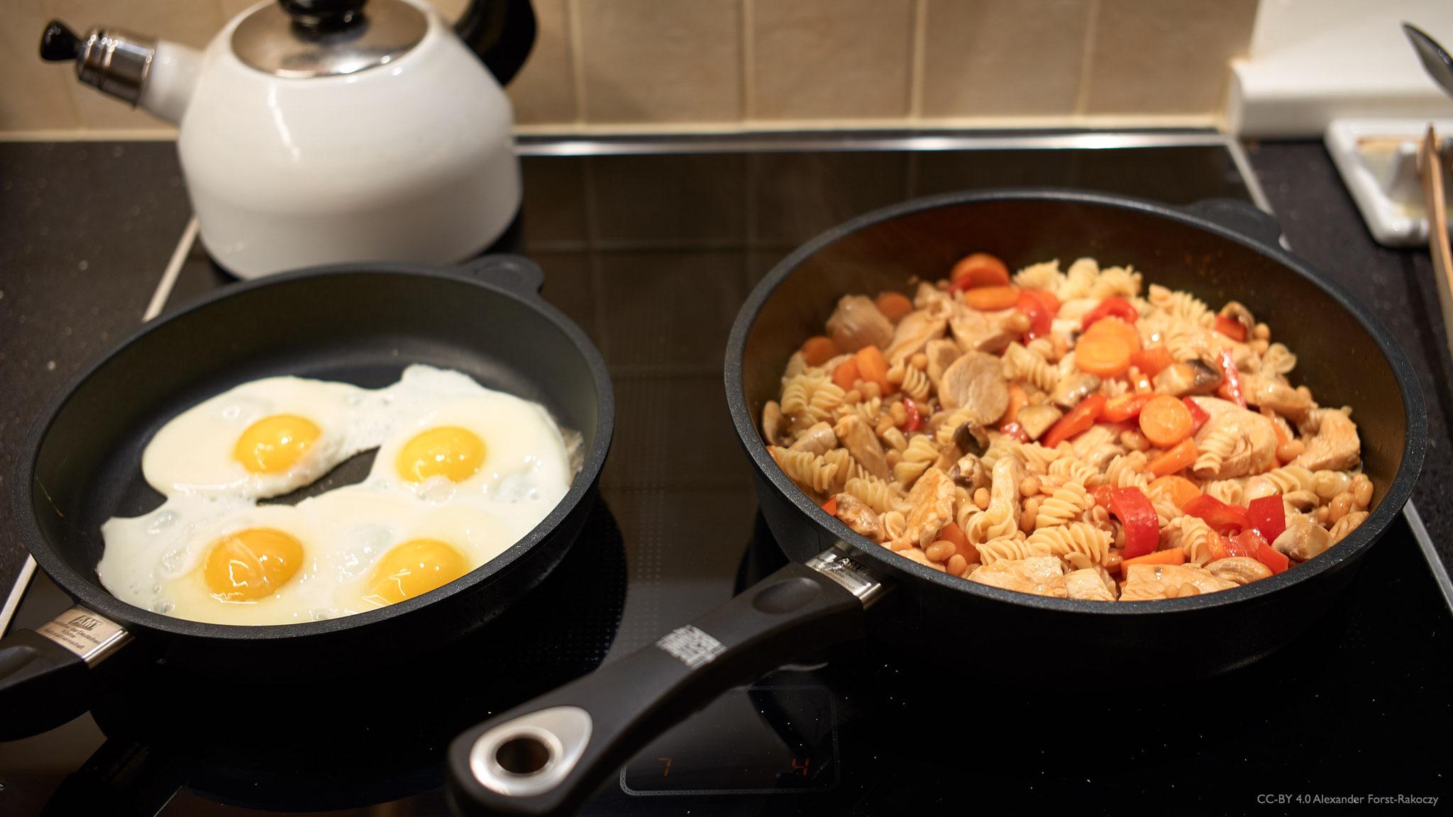 Alfora: Putenfleisch, Baked Beans, Karotten, Paprika, Champignons, Spiegeleier. Mahlzeit!