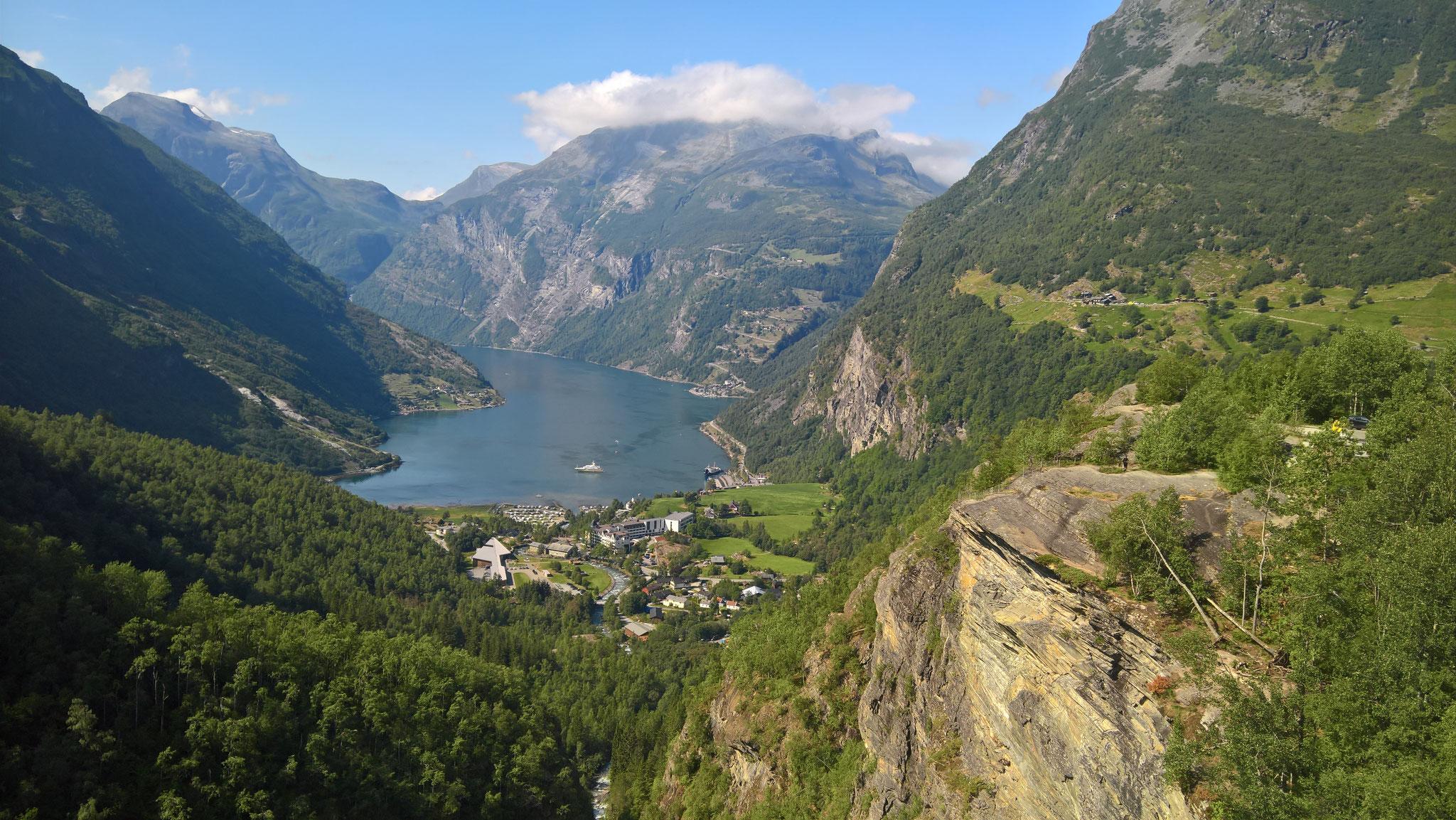 Blick auf Geiranger mit Fjord