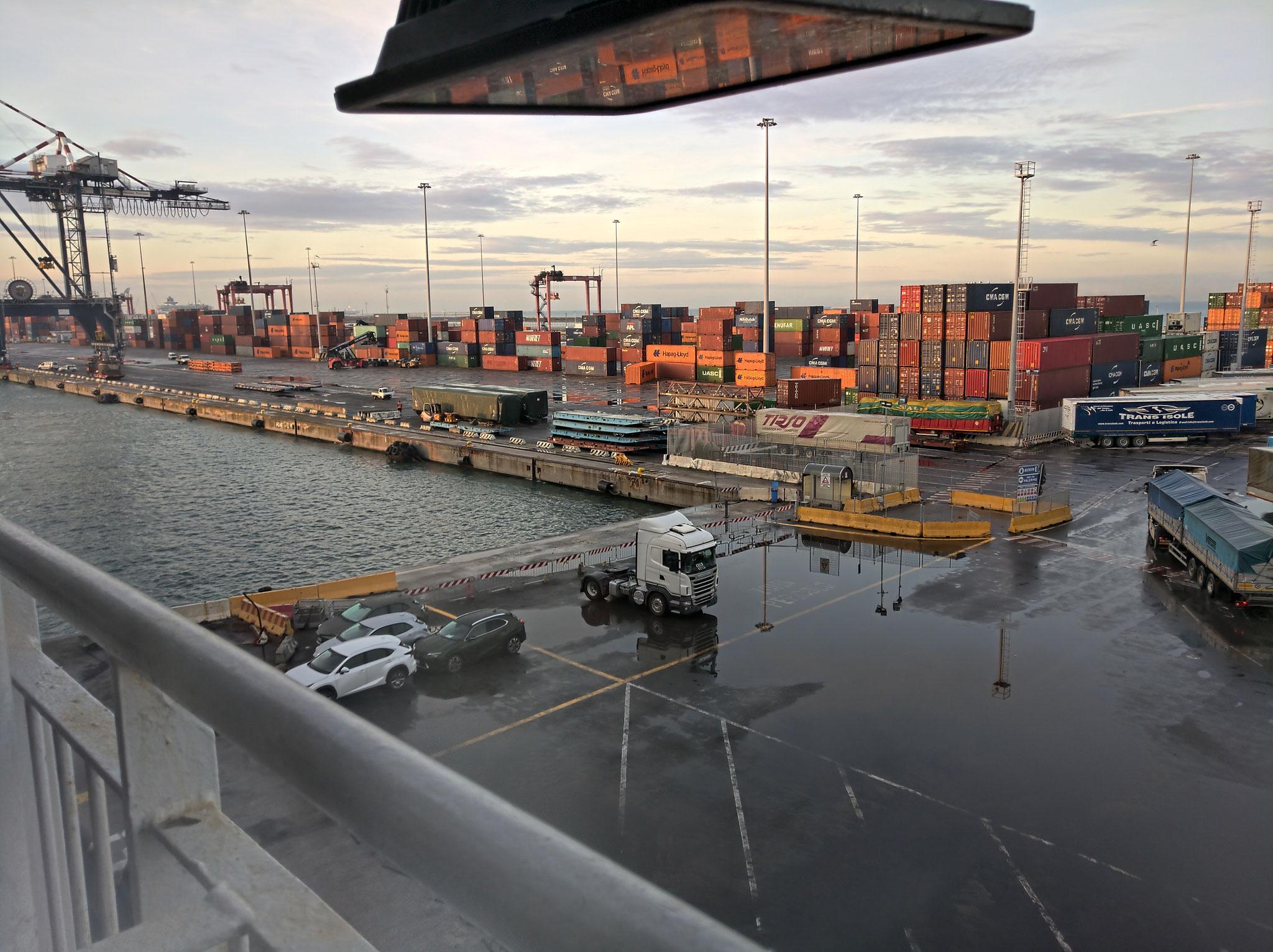 im Fährhafen von Olbia