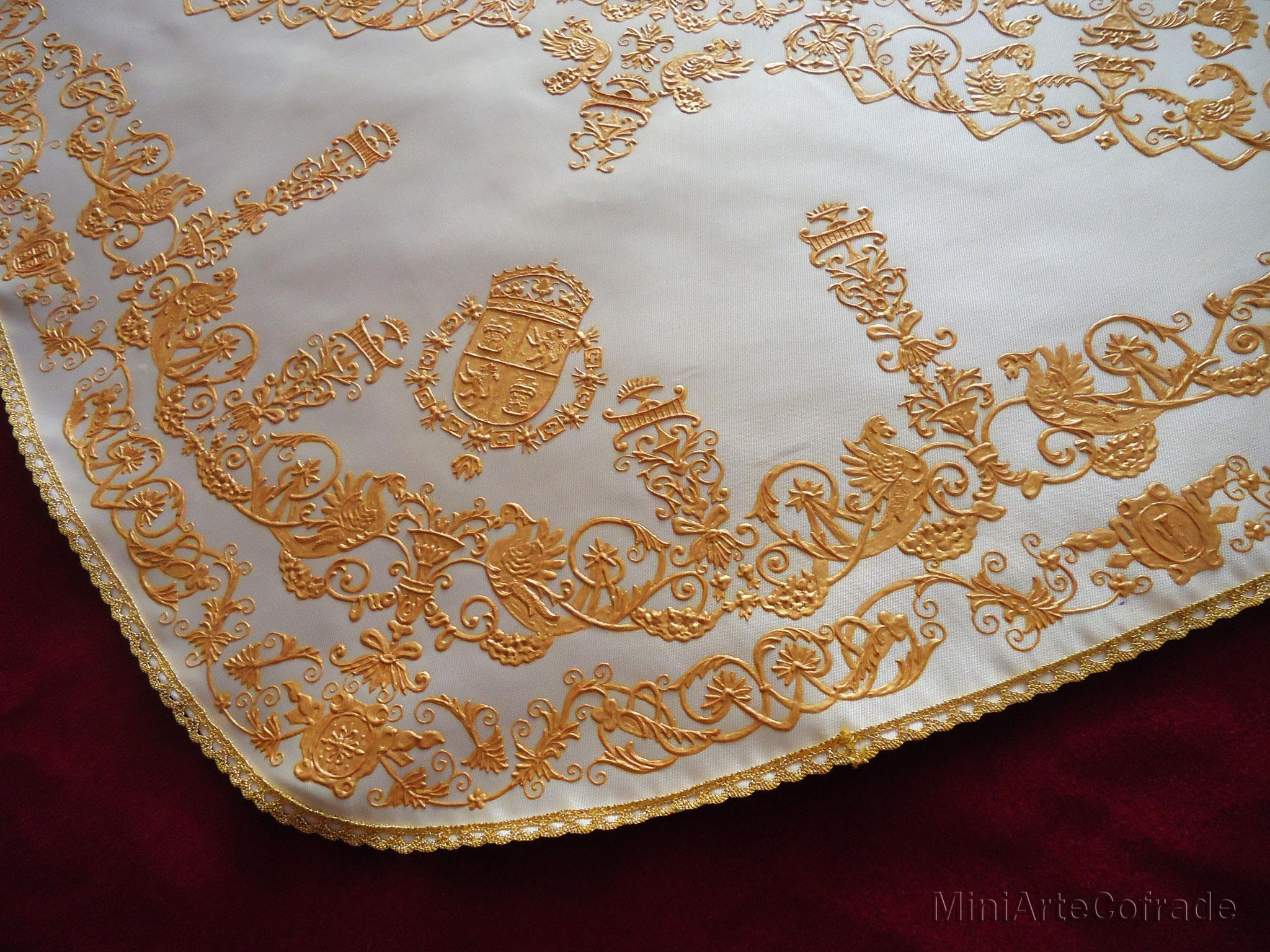 Detalle del manto de la Macarena en miniatura