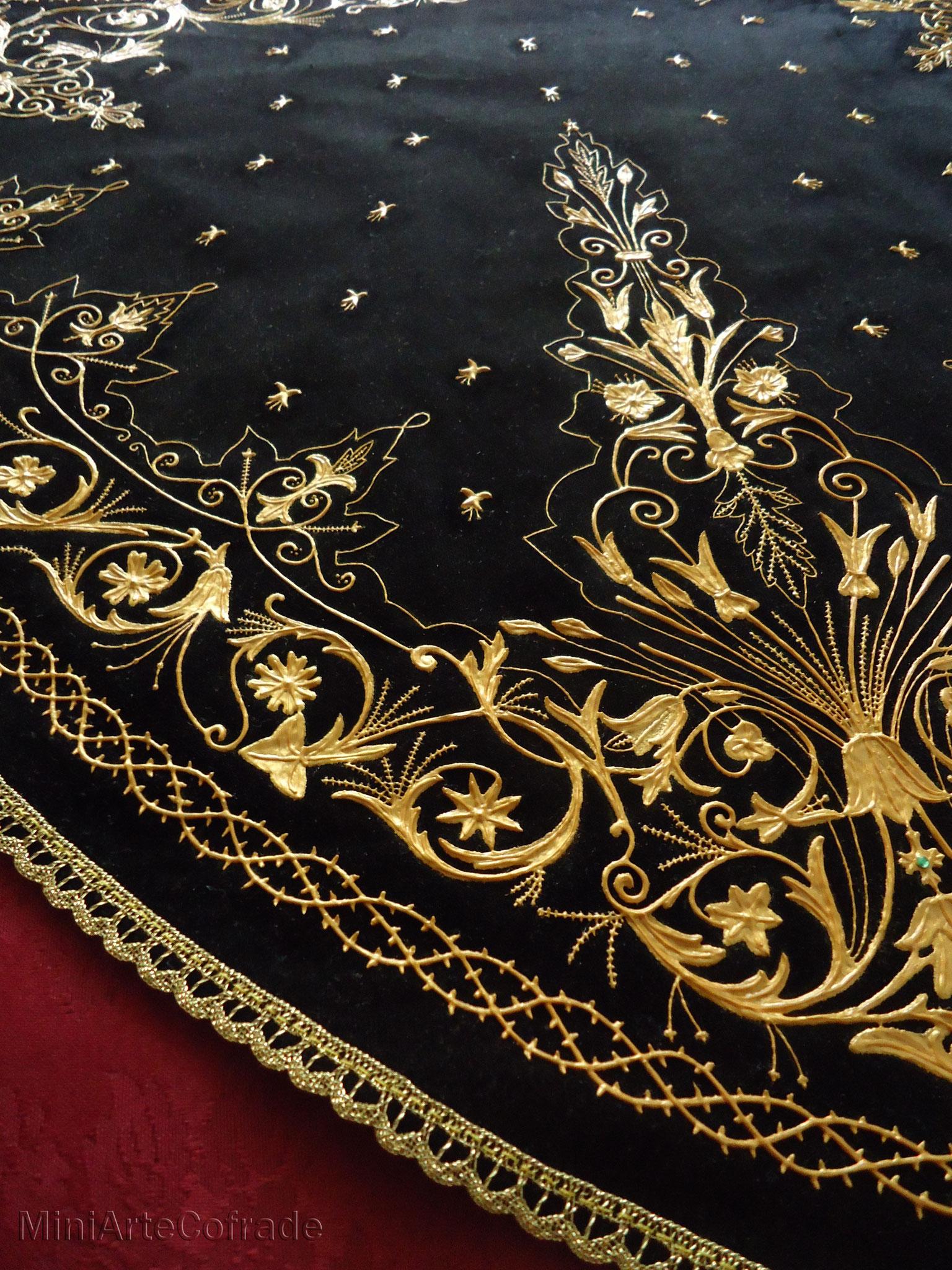 Detalle del manto de la Virgen de la Soledad de Arganda del Rey en miniatura