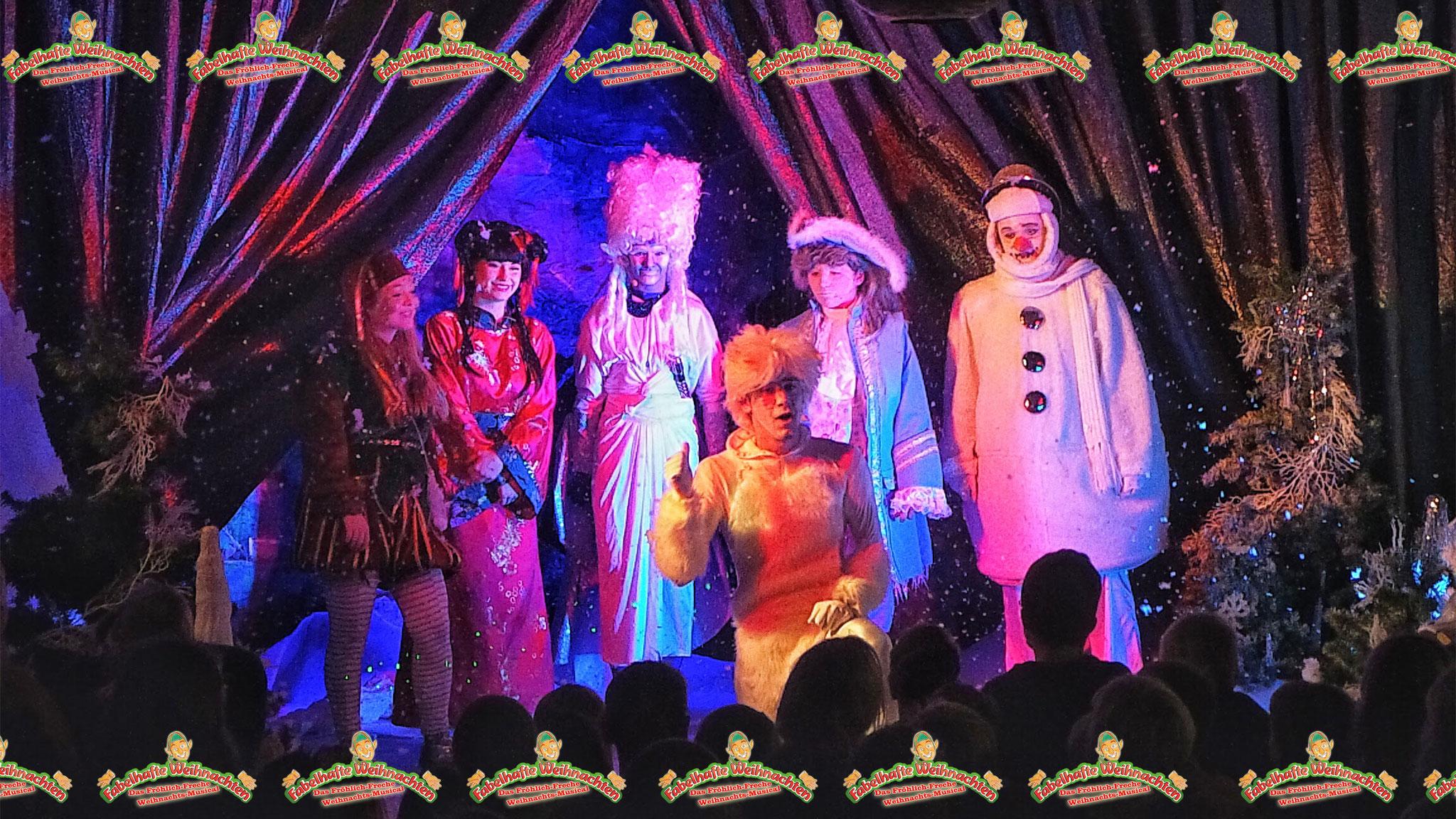 Gruppenfotos in der Kulisse, nach der Vorstellung, mit den Akteuren.