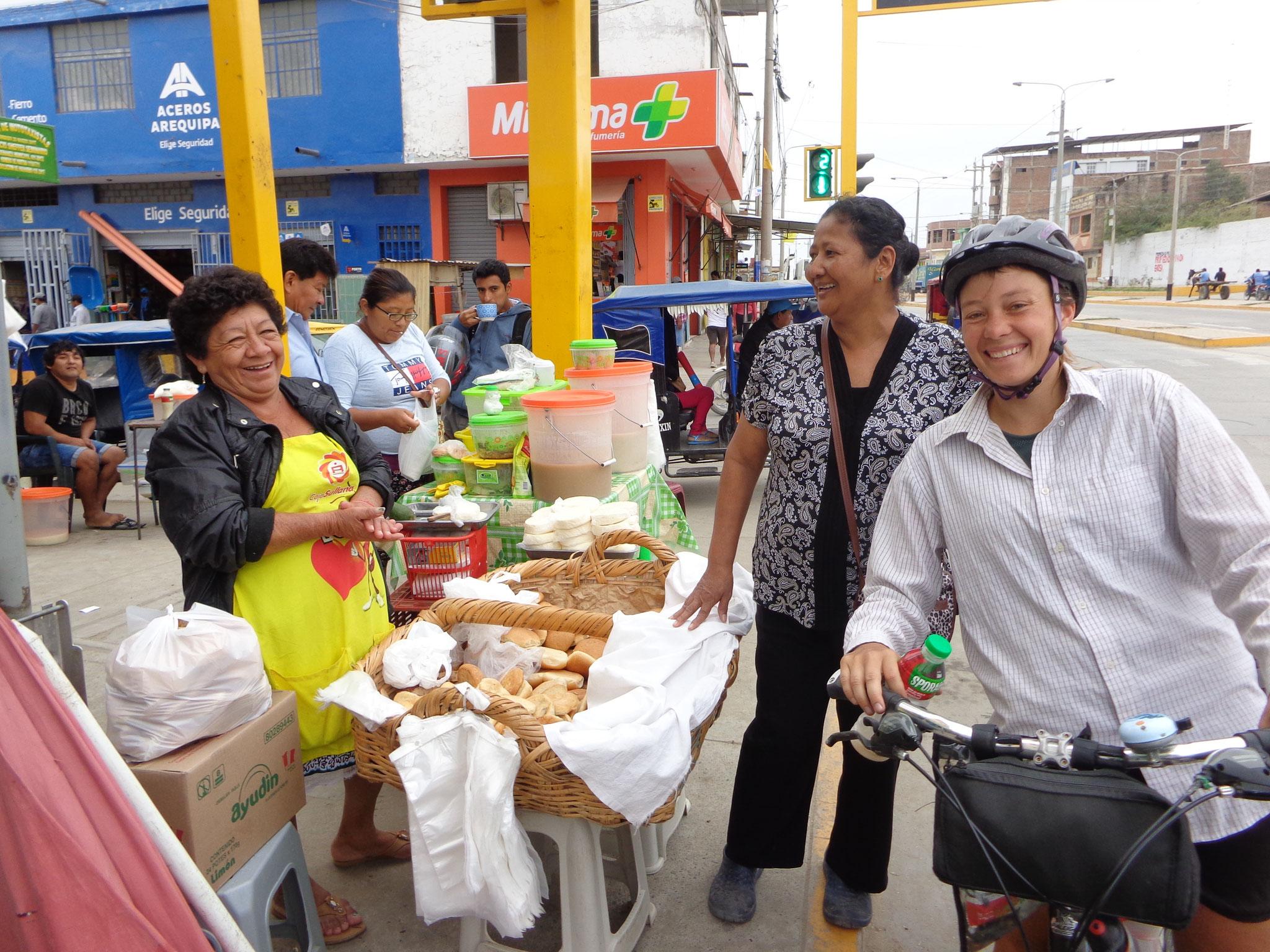 belle rigolade avec les vendeurs de rue a Tambogrande